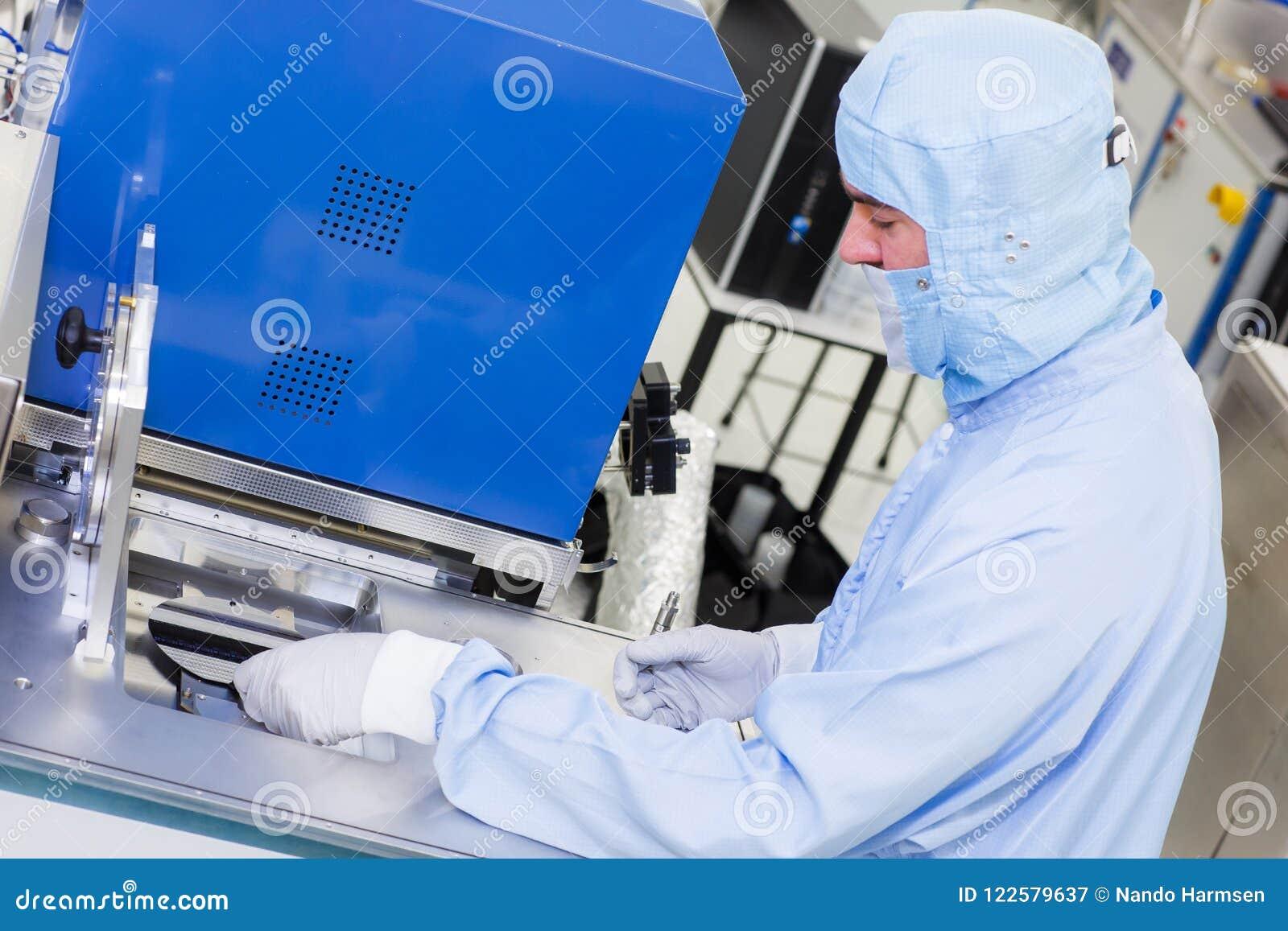 Het werken aan ALD-systemen in high-tech cleanroom