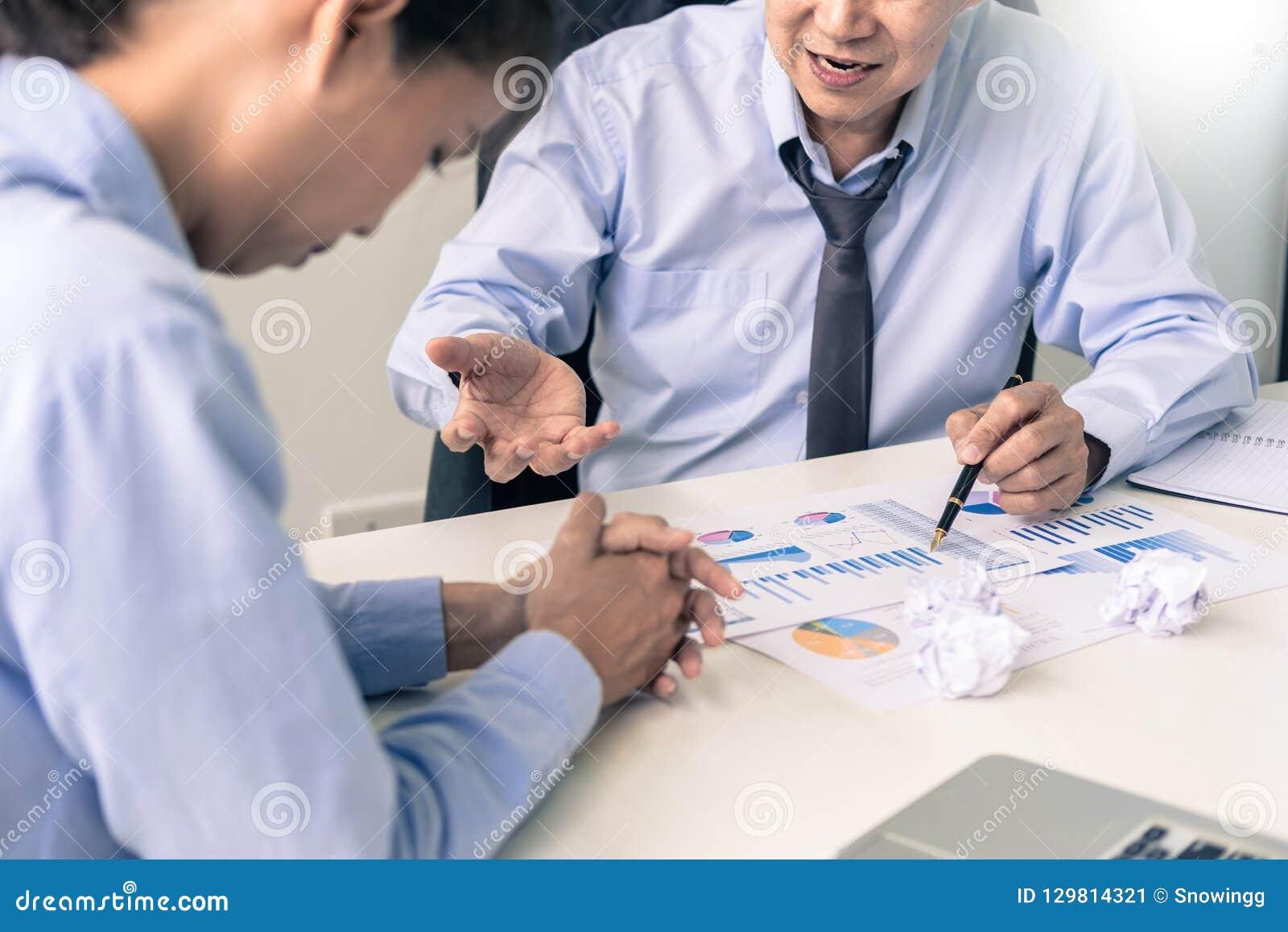 Het werken in het bureau De manager is niet tevreden het argument Bu