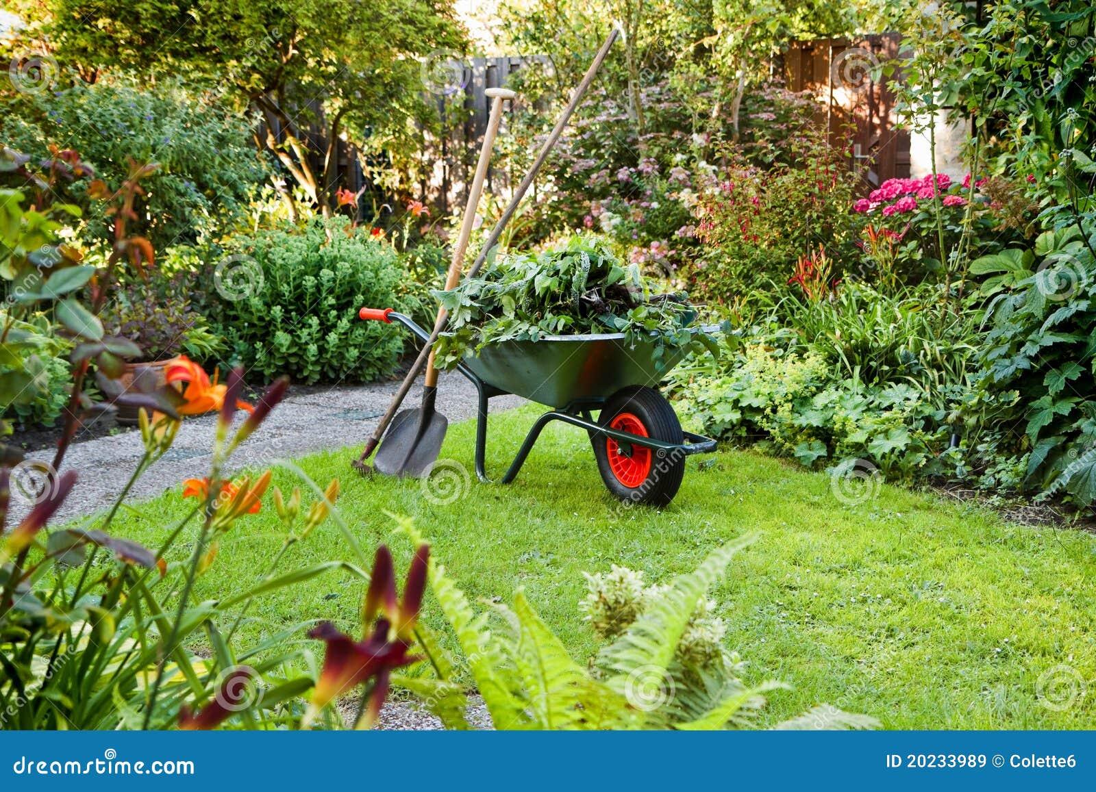 Het werken met kruiwagen in de tuin