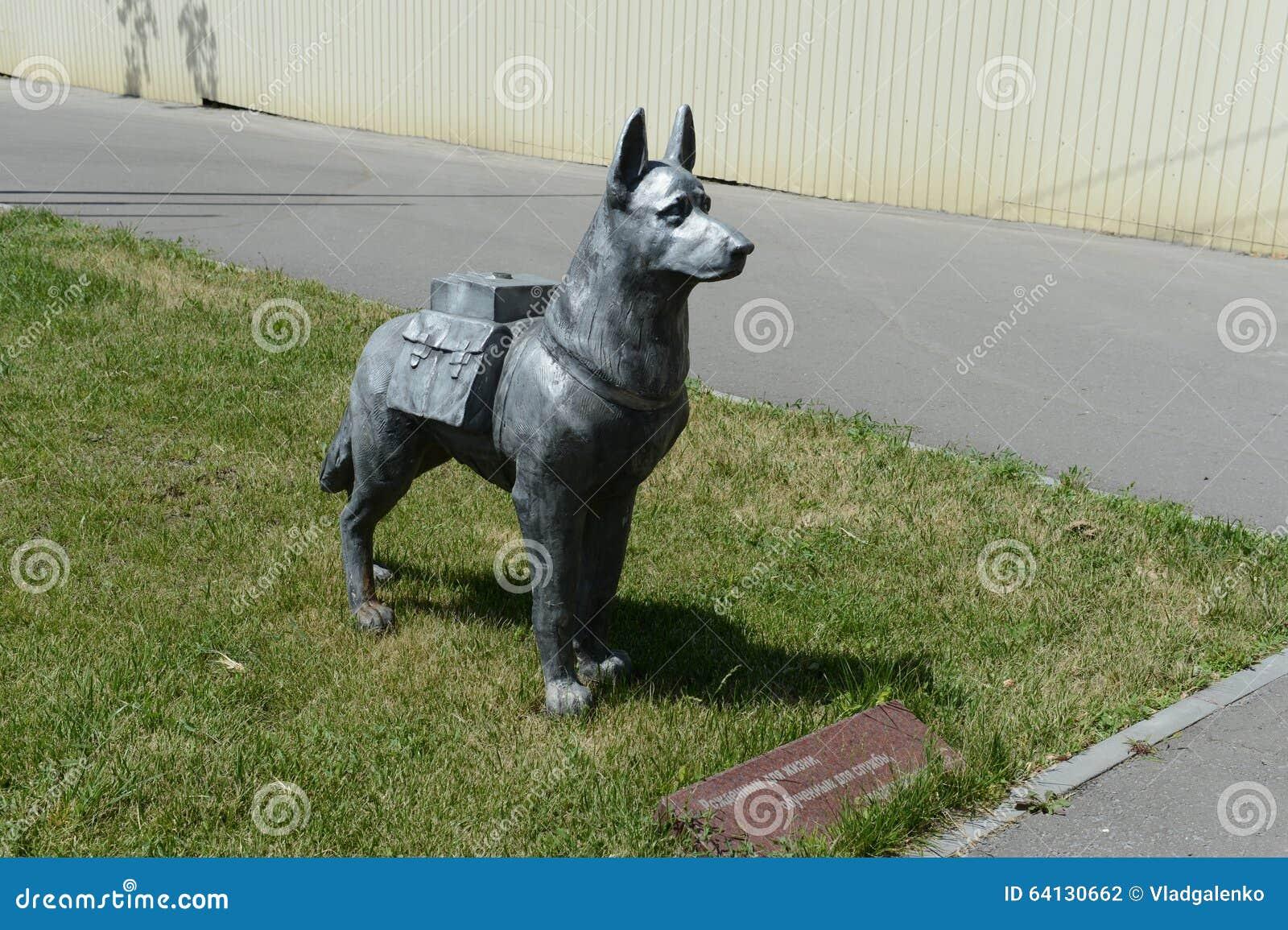 Het werkende hondmonument in Volgograd