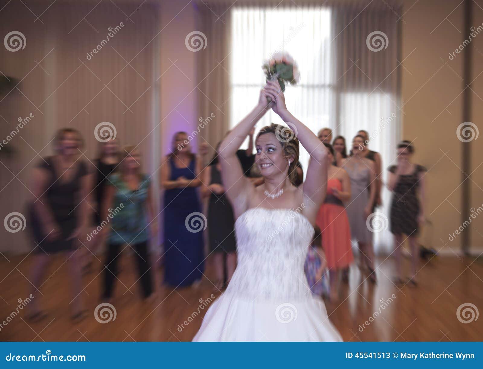 Het werpen van de bruid boeket