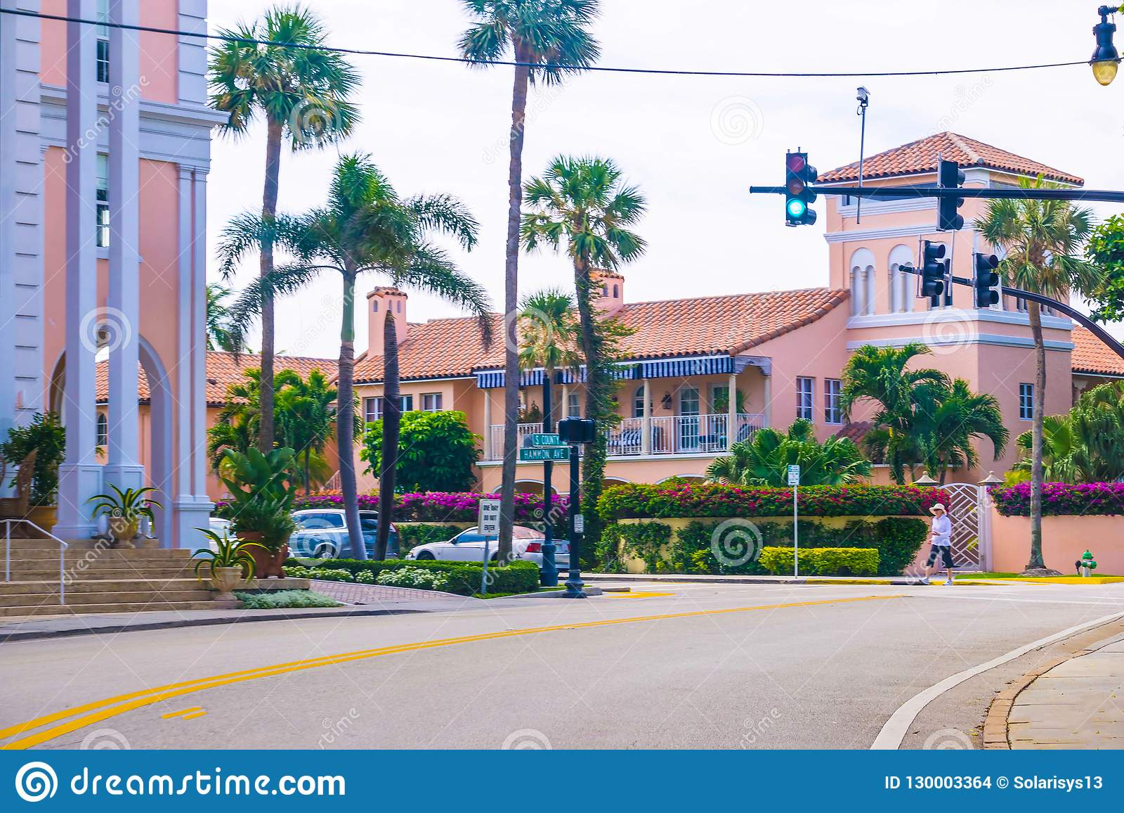Het WESTENpalm beach, Florida -7 Mei 2018: De weg met auto s bij Palm Beach, Florida, Verenigde Staten