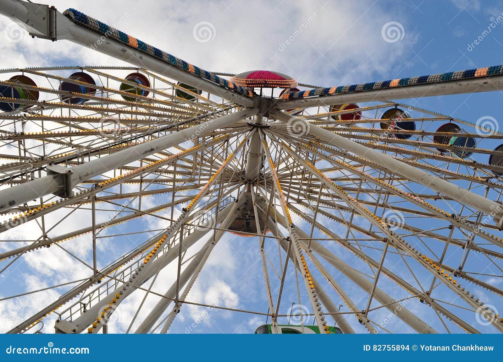 Het wiel van de mandferris van de schommelingskabel stock foto afbeelding 82755894 - Het upgraden van m ...
