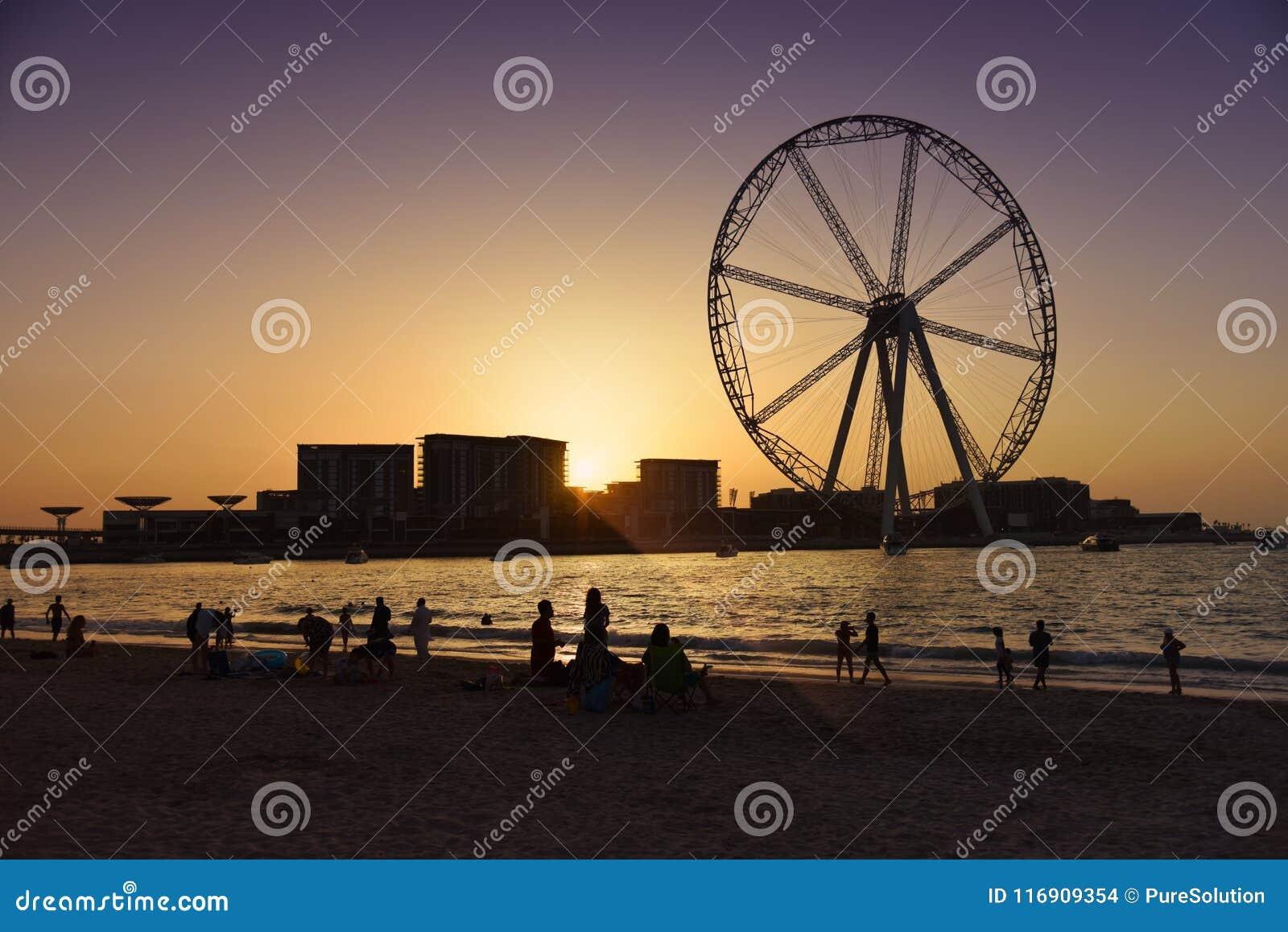 Het wiel van Doubai bij zonsondergang