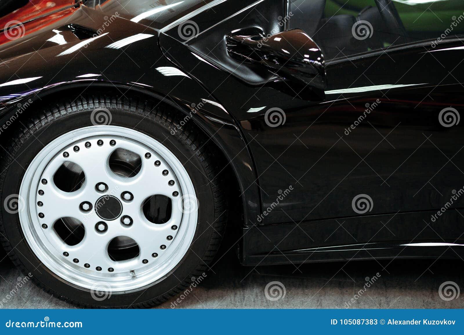 Het wielclose-up van de luxeauto