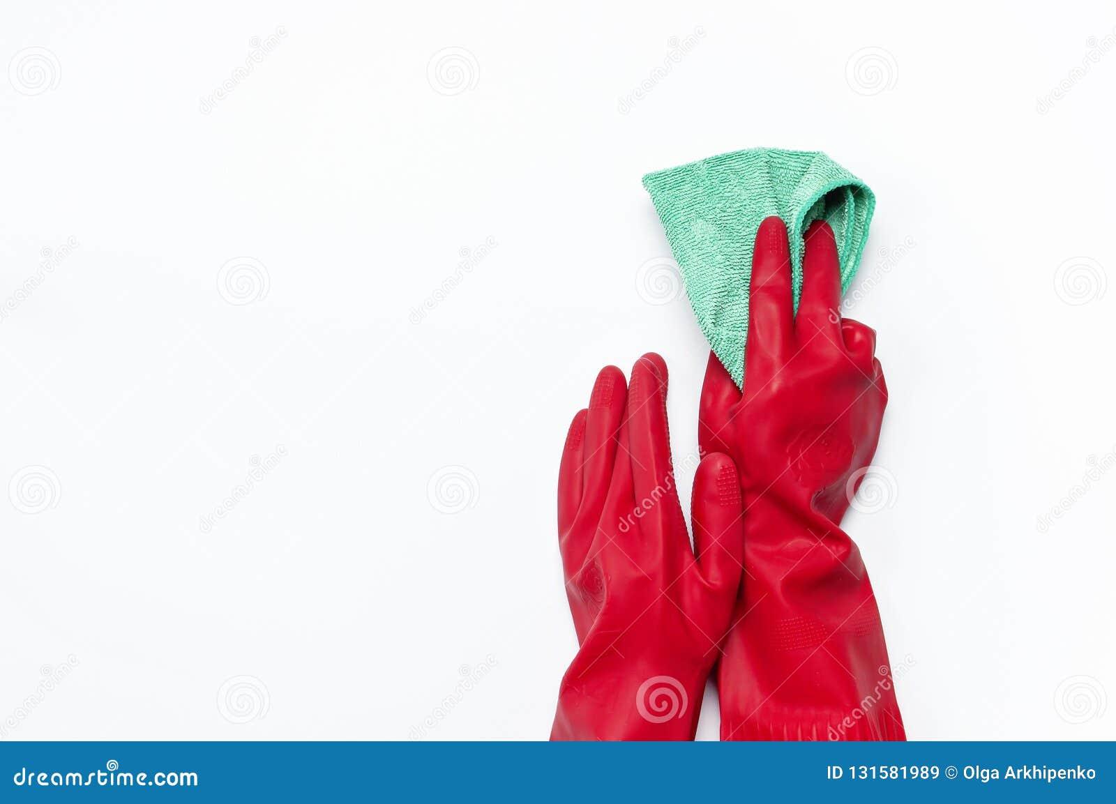 Het wijfje dient rode rubber beschermende die handschoenen met een microfiberdoek op witte Vlakte wordt geïsoleerd in als achterg
