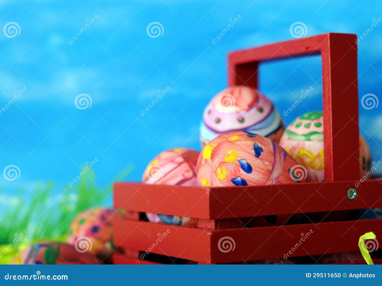 Het willekeurige echte lelijk schilderen (kijk) op echte eieren voor de dag van Pasen