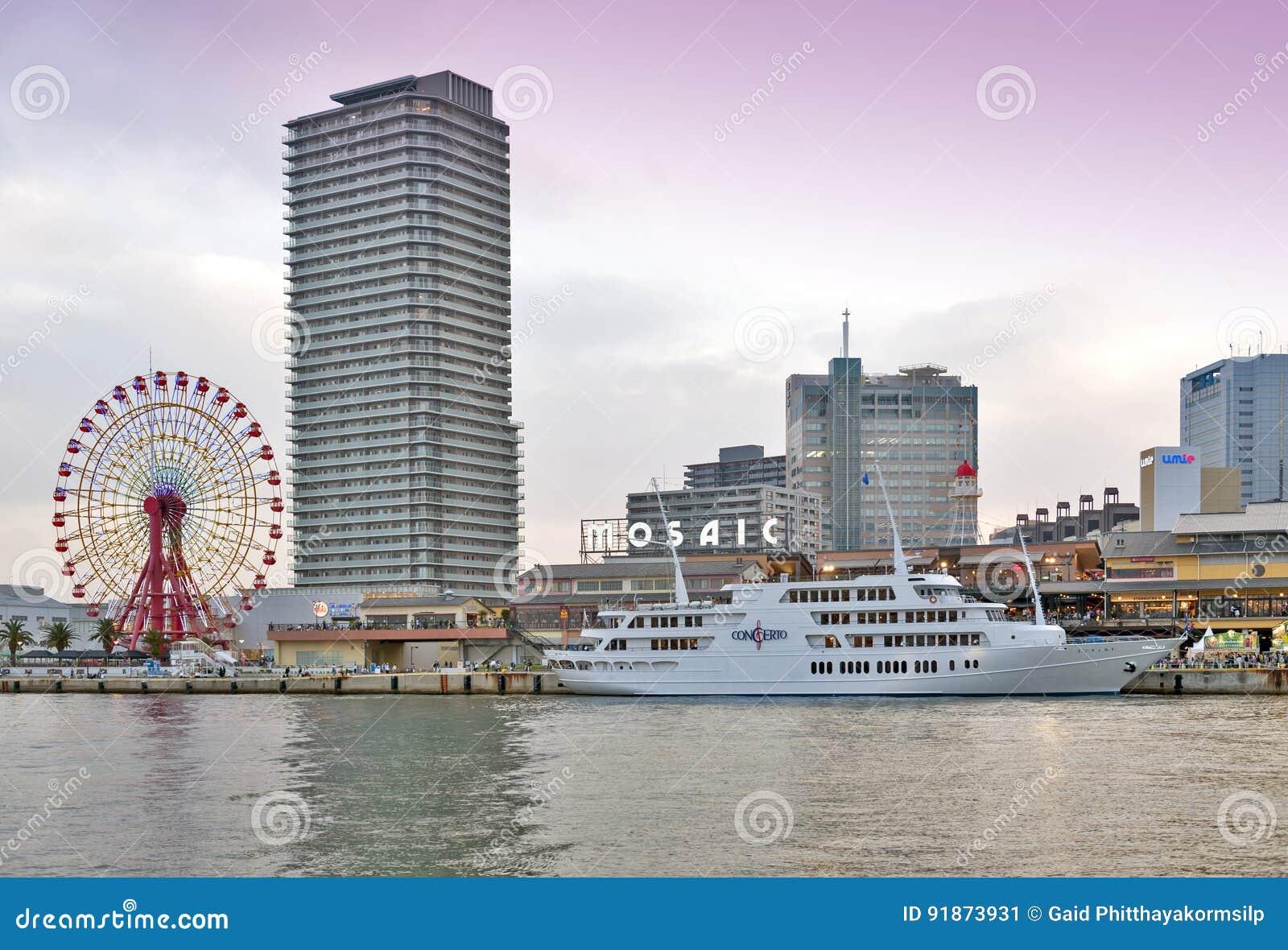 Het winkelcomplex van Kobe Harborland van het Umiemozaïek en themapark op waterkant bij Haven van Kobe, Hyogo-Prefectuur, Japan