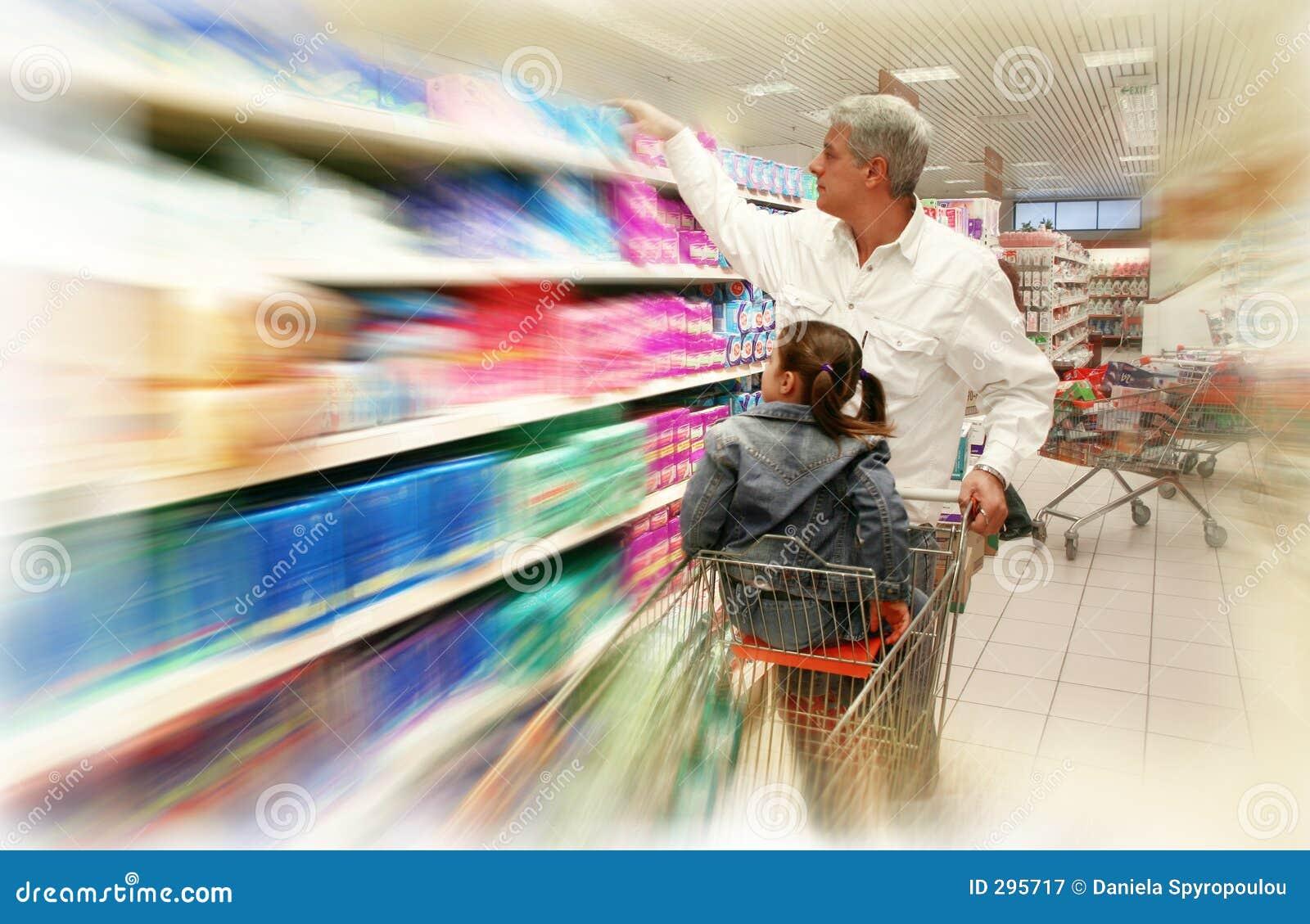 Het winkelen bij de supermarkt
