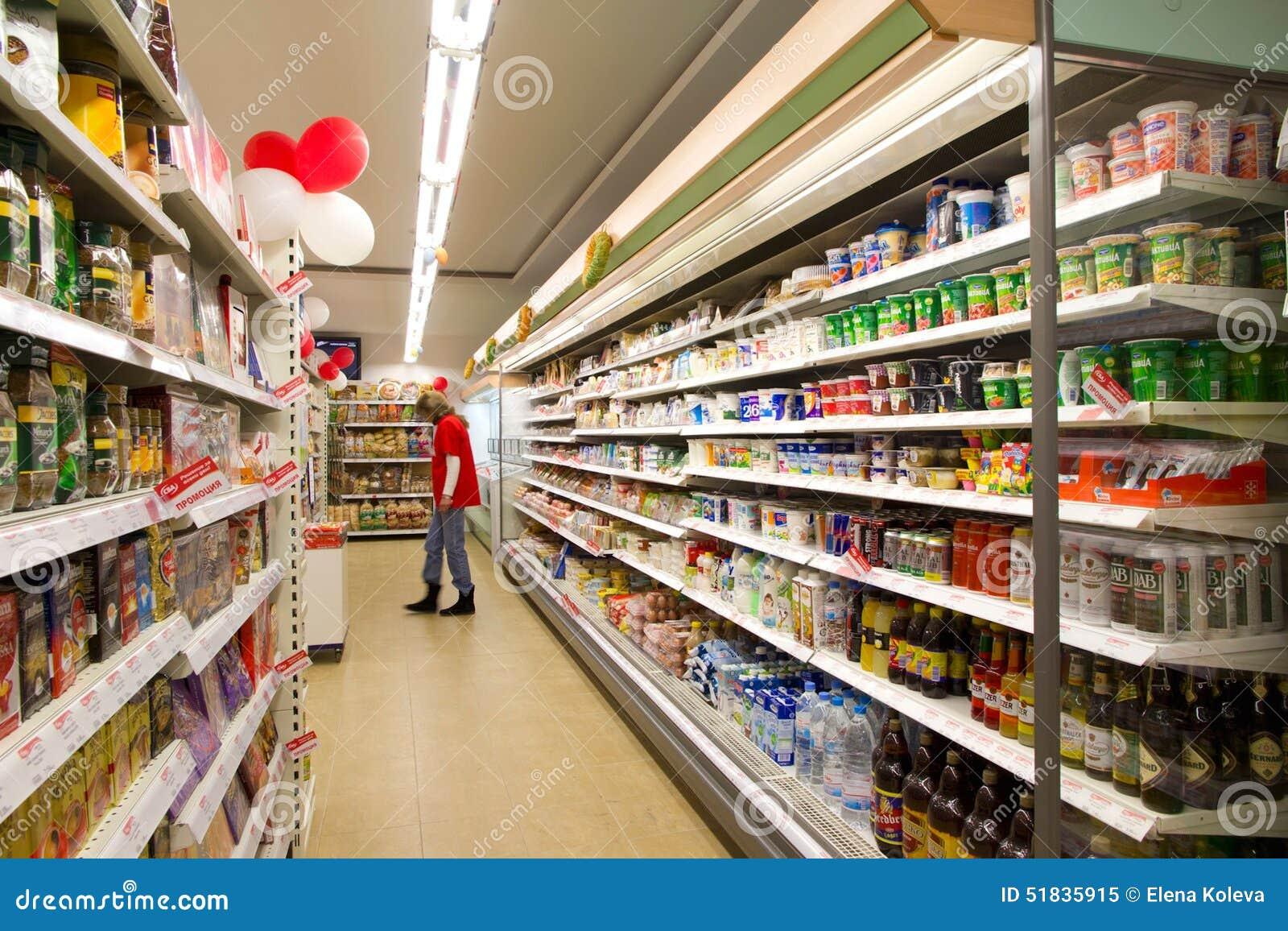 Het winkelen in een kruidenierswinkelopslag