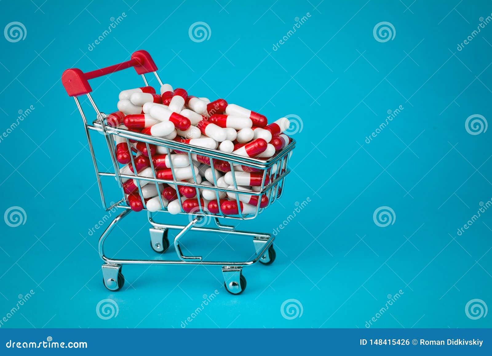 Het winkelen karretje vulde rode geneeskrachtige capsules