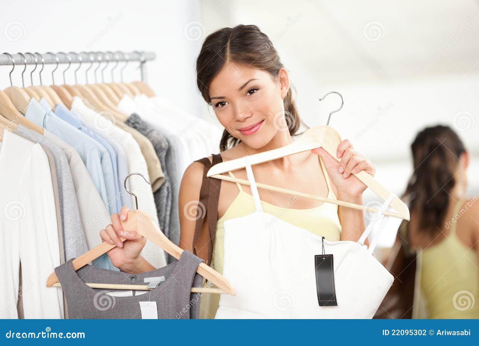 Het winkelen van de vrouw het kopen kleren