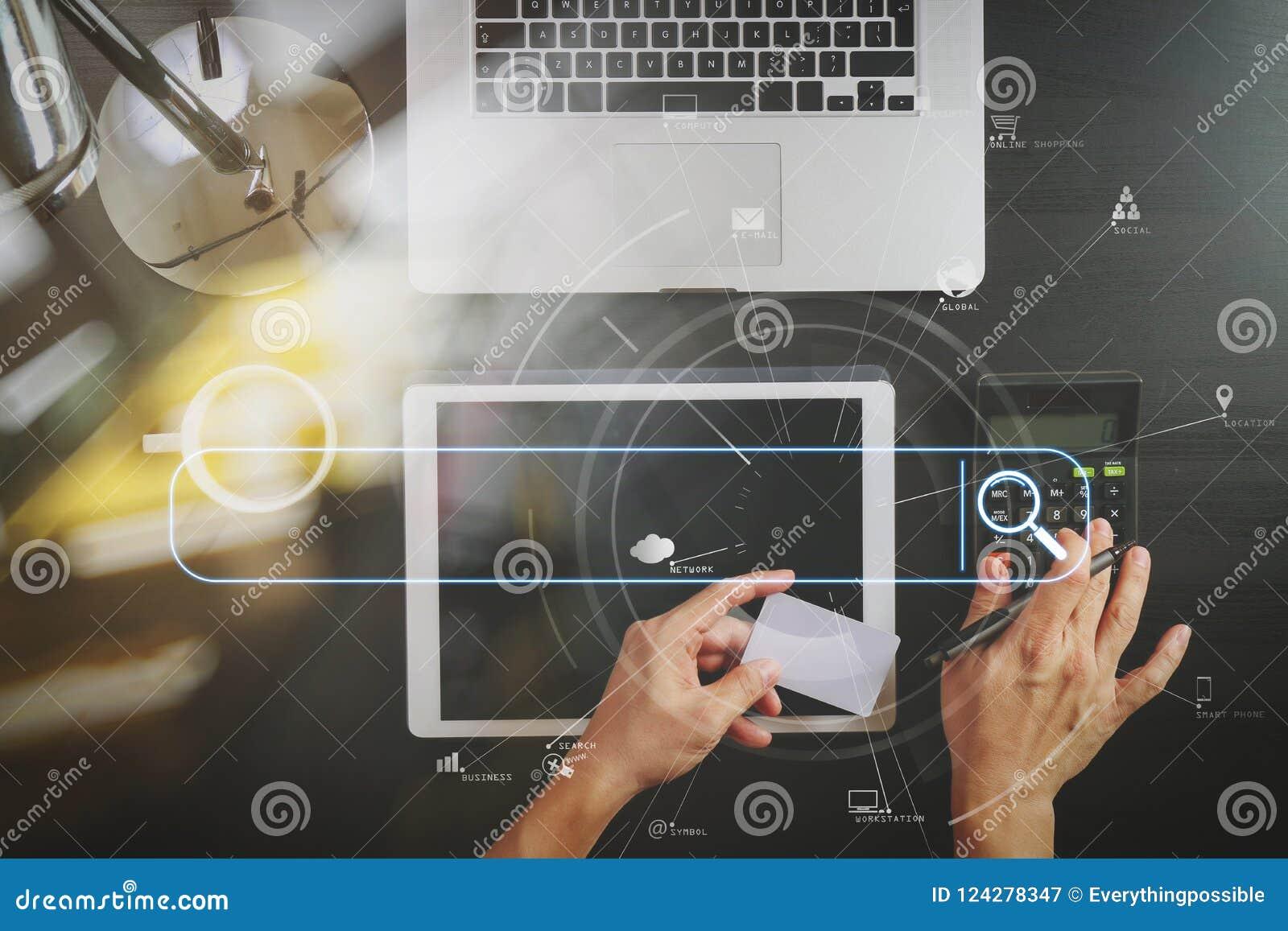 Het winkelen van Internet concept Hoogste mening van handen die met calcula werken
