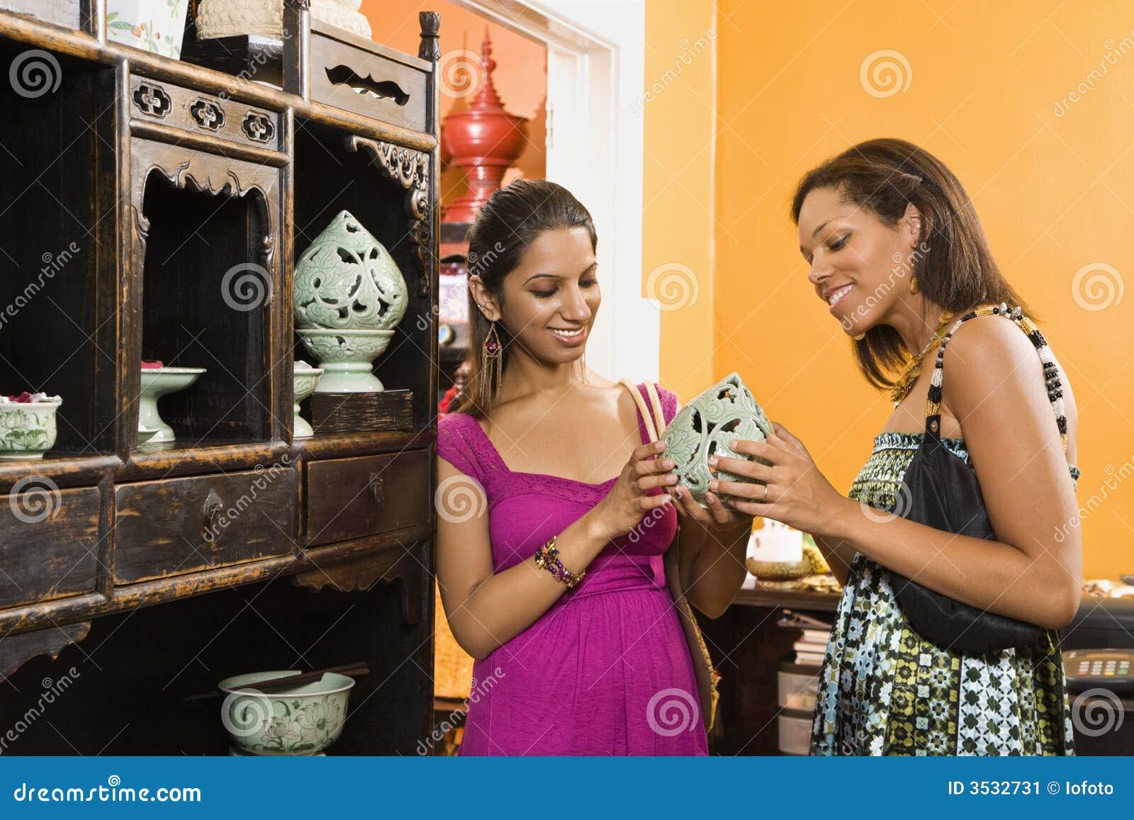 Het winkelen van vrouwen.