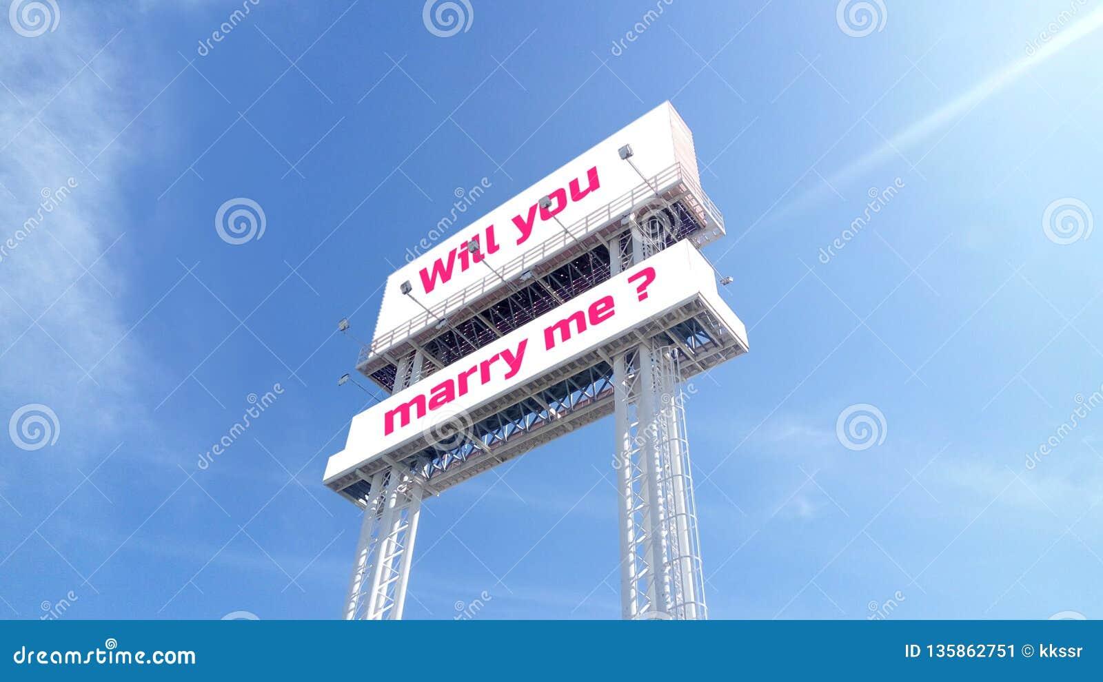 Het witte aanplakbord op duidelijke blauwe hemel met tekst verwoording zal u me huwen? Voor Valentijnskaarten, huwelijksgebeurten