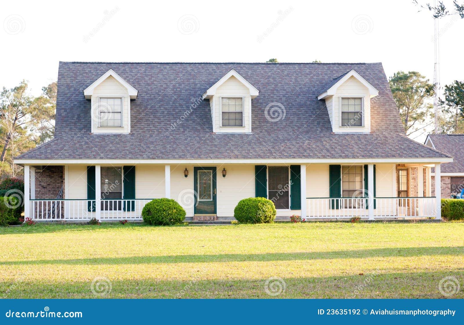 Het witte amerikaanse huis van de stijl van de boerderij stock foto afbeelding 23635192 - Decoratie stijl van de bergen ...