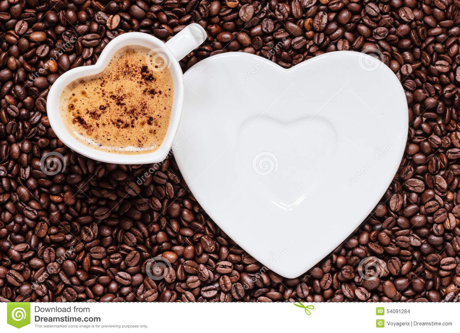 Het witte die hart van de koffiekop met cappucino wordt gevormd