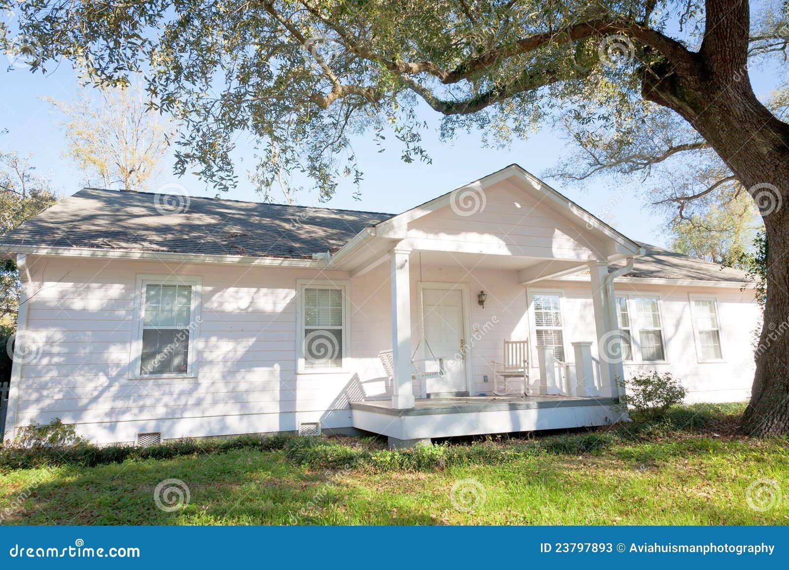 Het witte huis van de stijl van de boerderij stock afbeelding afbeelding 23797893 - Decoratie stijl van de bergen ...