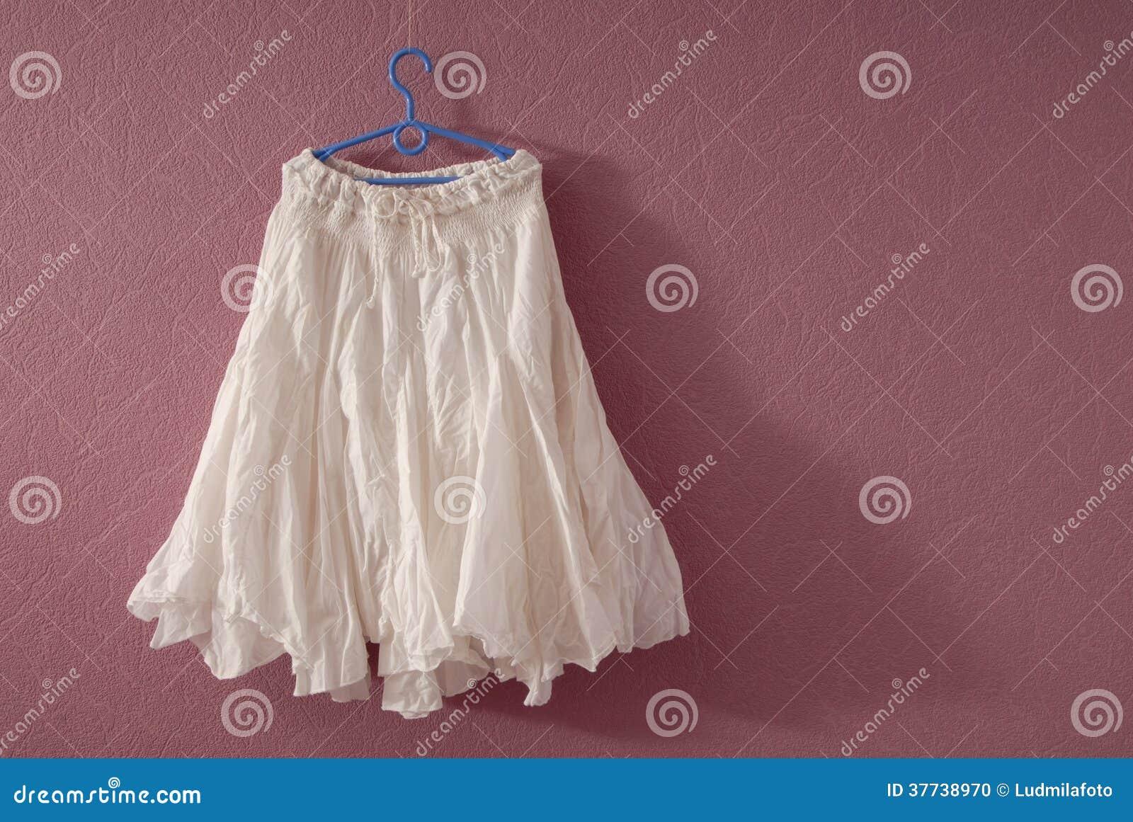 5624f6d2a2cadf Het Witte Katoen Flakkerde Rok Stock Foto - Afbeelding bestaande uit ...