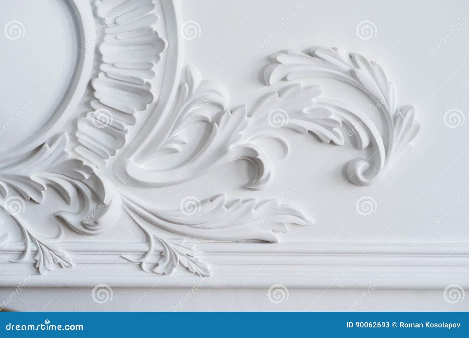 Het witte muur vormen met geometrische vorm en verdwijnend punt Het ontwerp bas-hulp van de luxe witte muur met gipspleisterafgie
