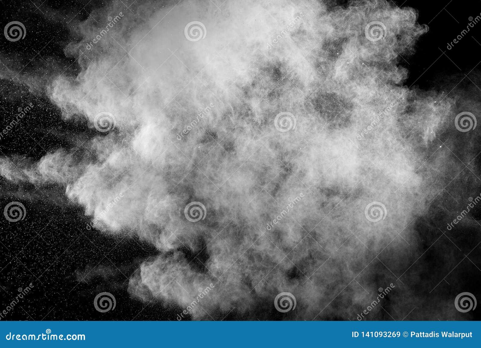 Het witte stof ademt in de lucht uit De nevel van het motiepoeder die op donkere achtergrond is gebarsten