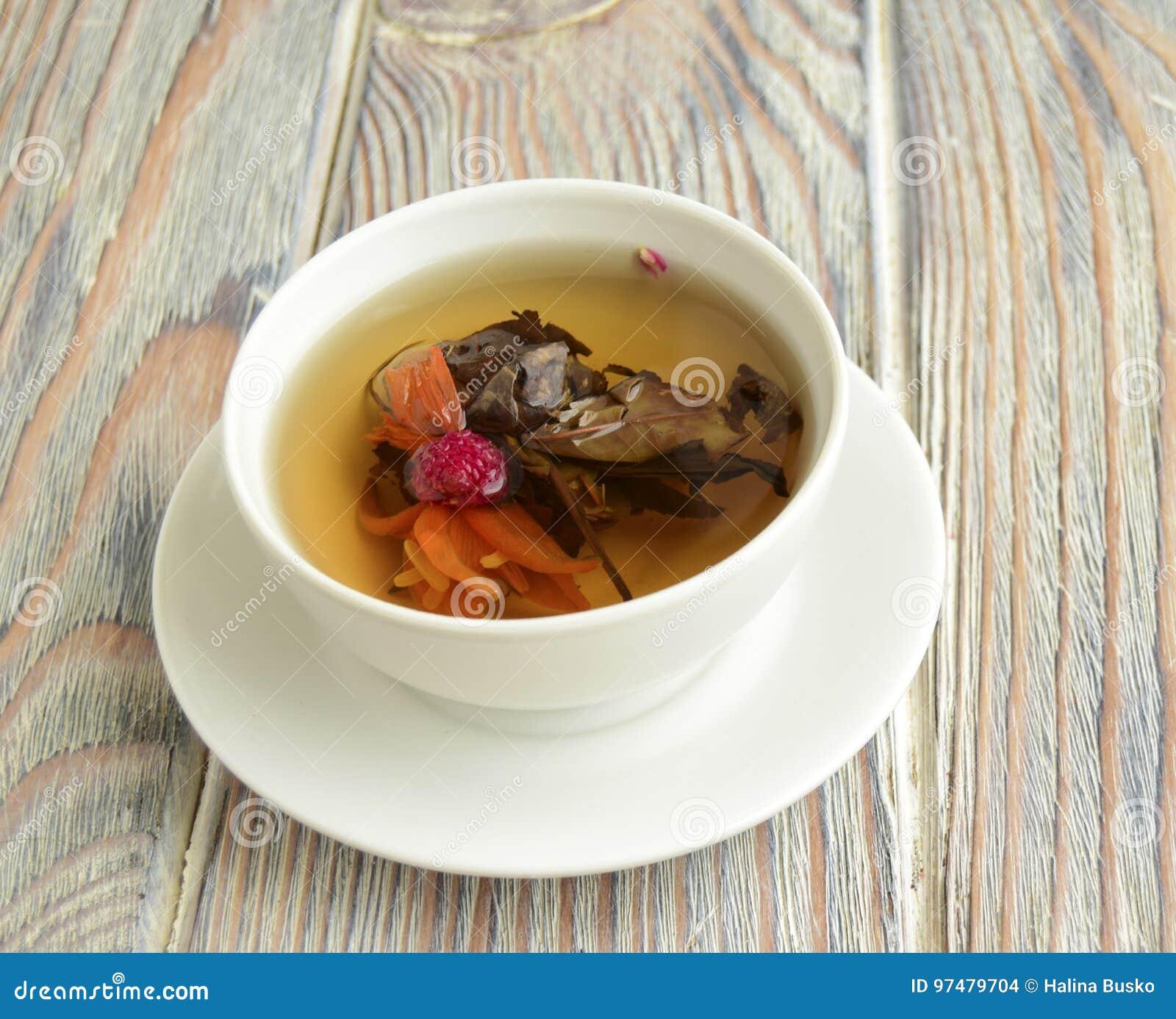 Het is witte thee met een lotusbloembloem