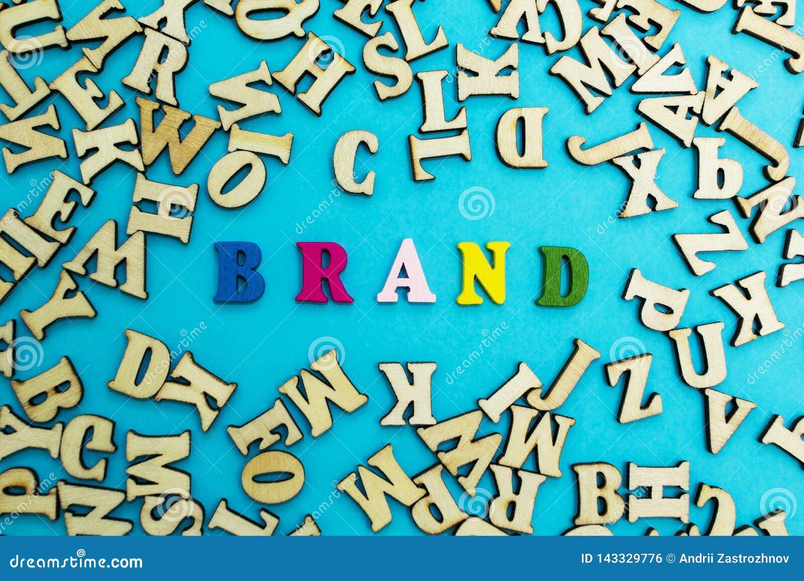Het woord 'merk 'is gevoerd met multicolored brieven op een blauwe achtergrond