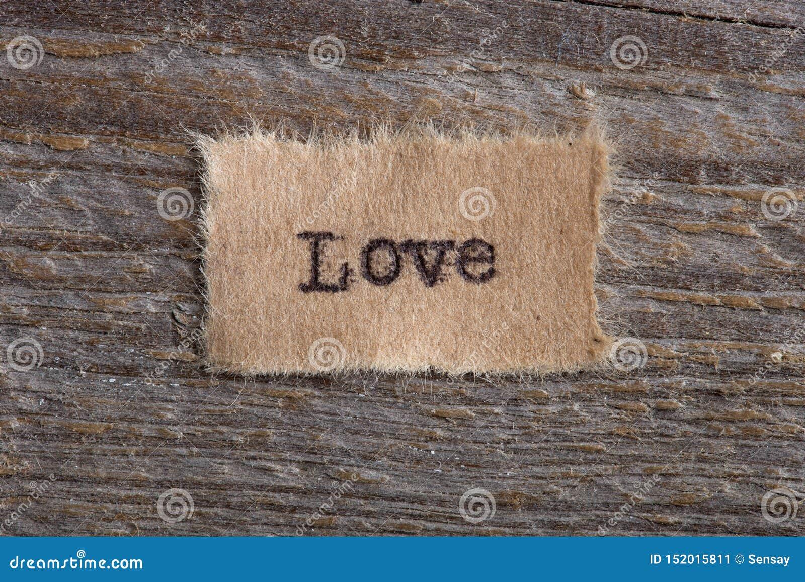 Het woord & x22; Love& x22; geschreven in uitstekend houten letterzetseltype