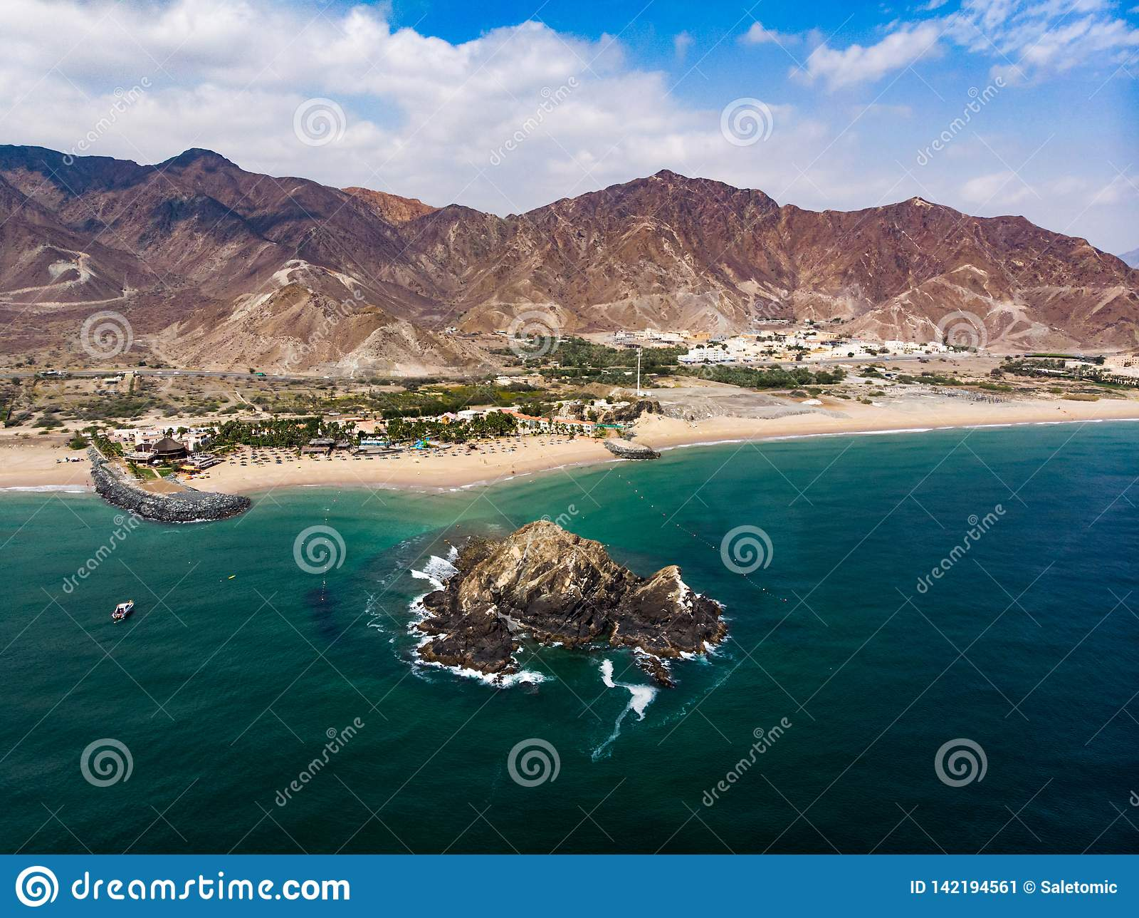 Het zandige strand van Fujairah in de Verenigde Arabische Emiraten
