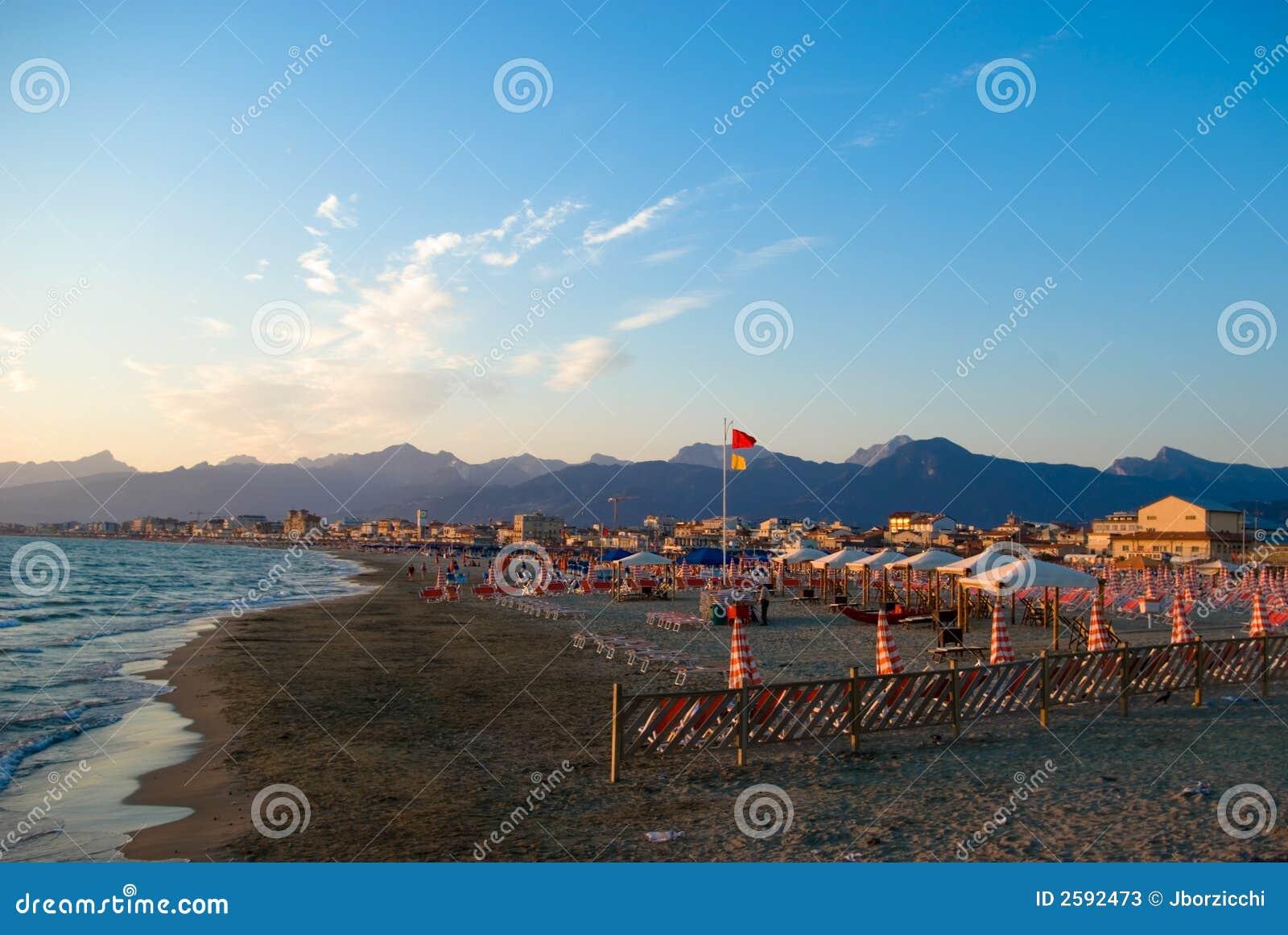 Het zandige strand van Viareggio,
