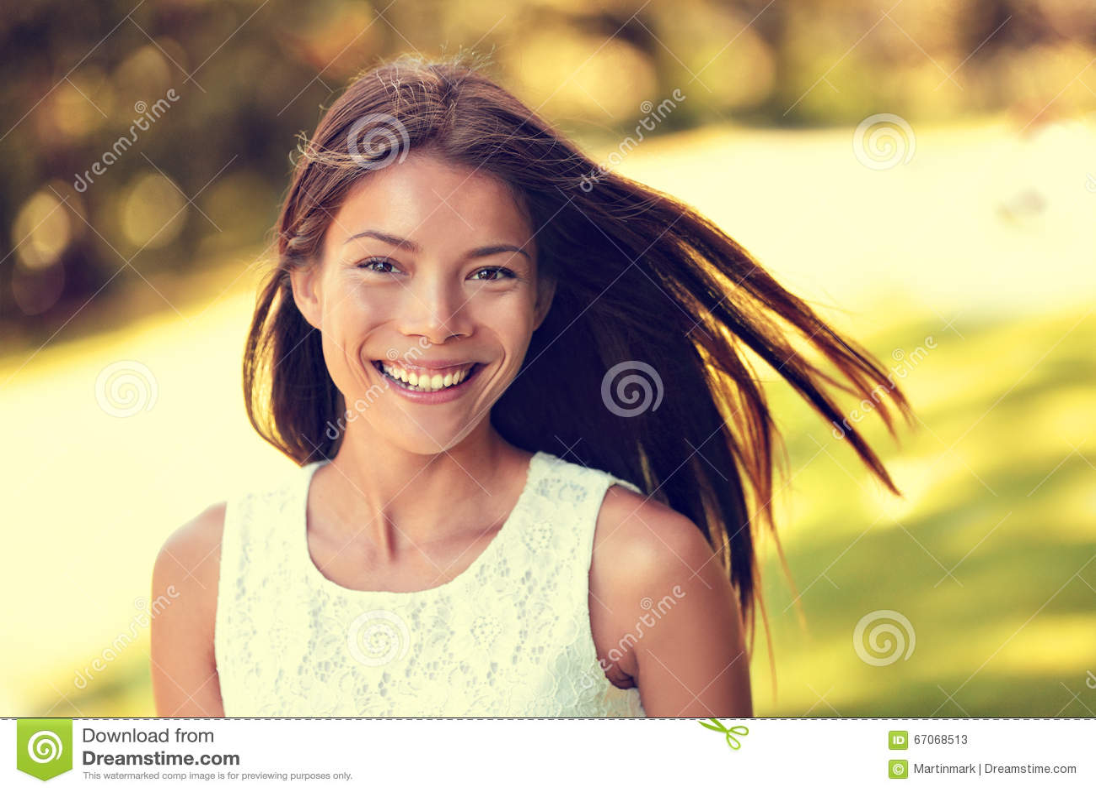 Het zekere jonge Aziatische Chinese schoonheidsvrouw glimlachen
