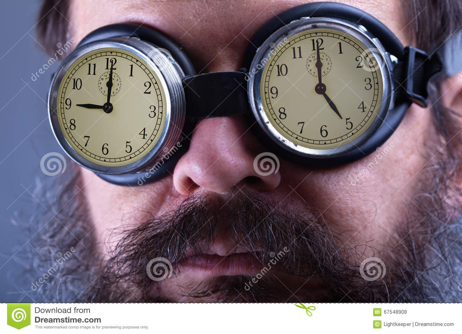 Het zetten op de verblindende beschermende brillen - mens met regelmatig baanconcept