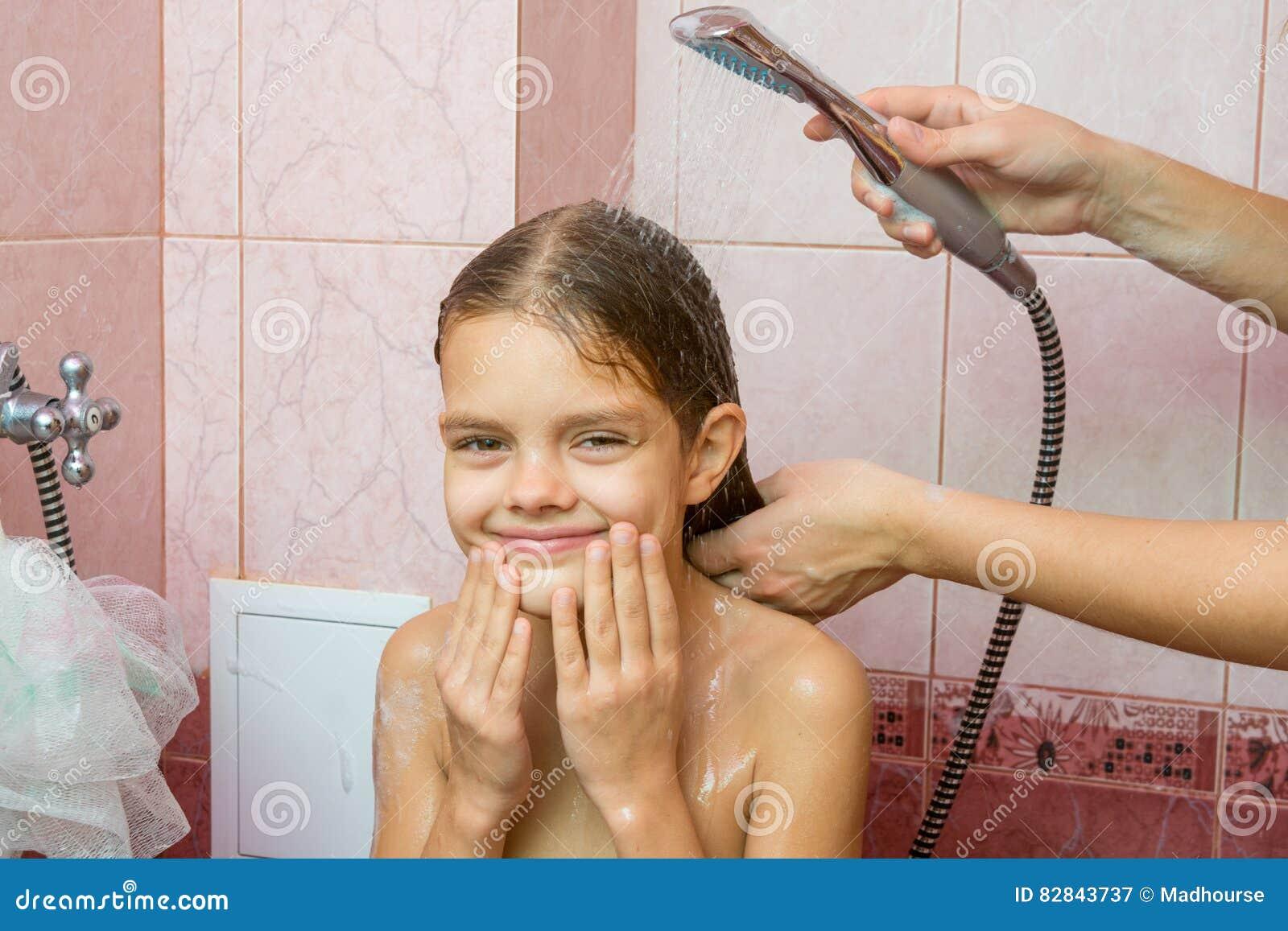 Bad Voor Onder De Douche.Het Zevenjarige Meisje Baadt In Een Bad Onder Douche Stock