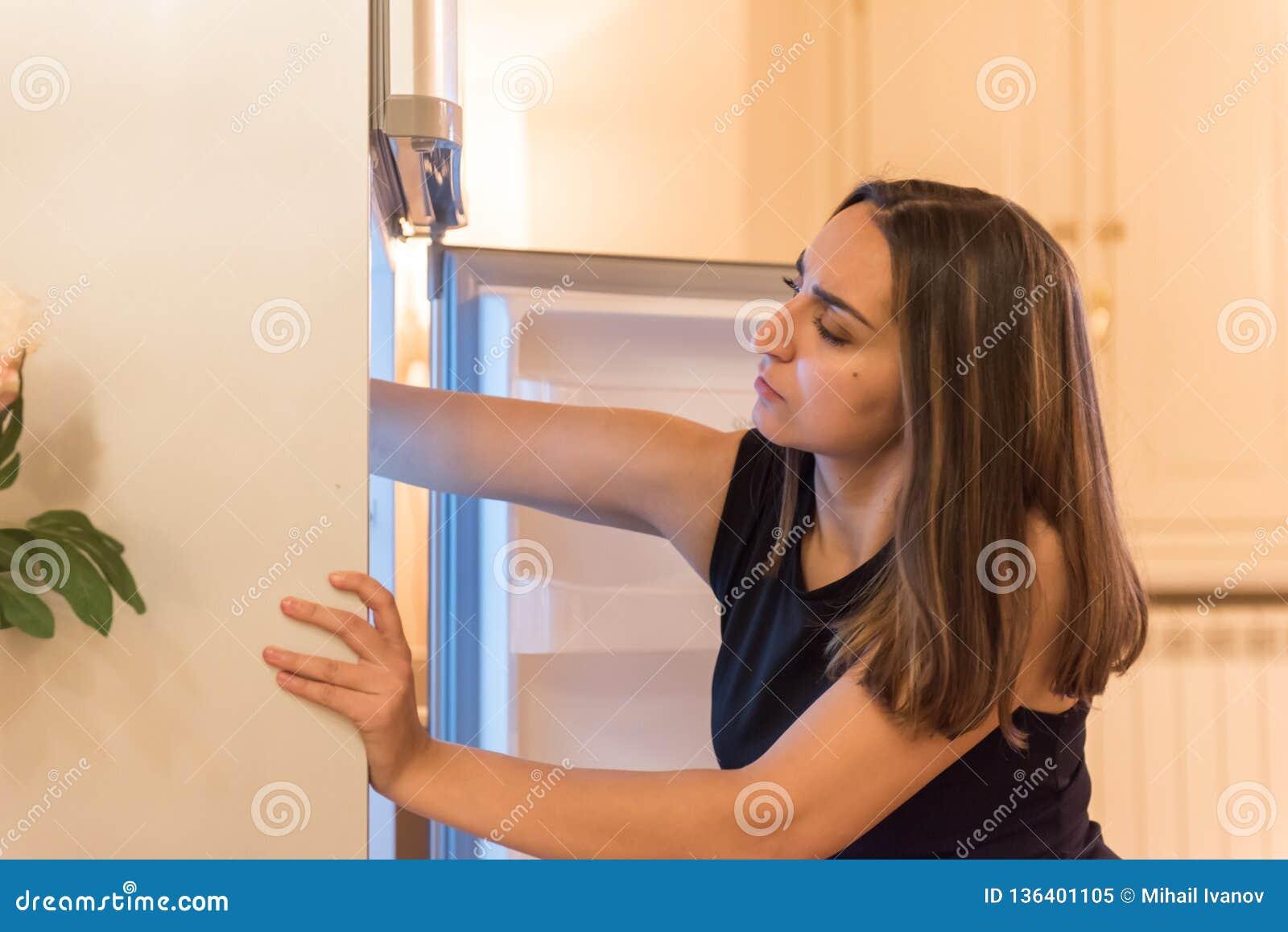Het zoeken van de ijskast naar te eten iets