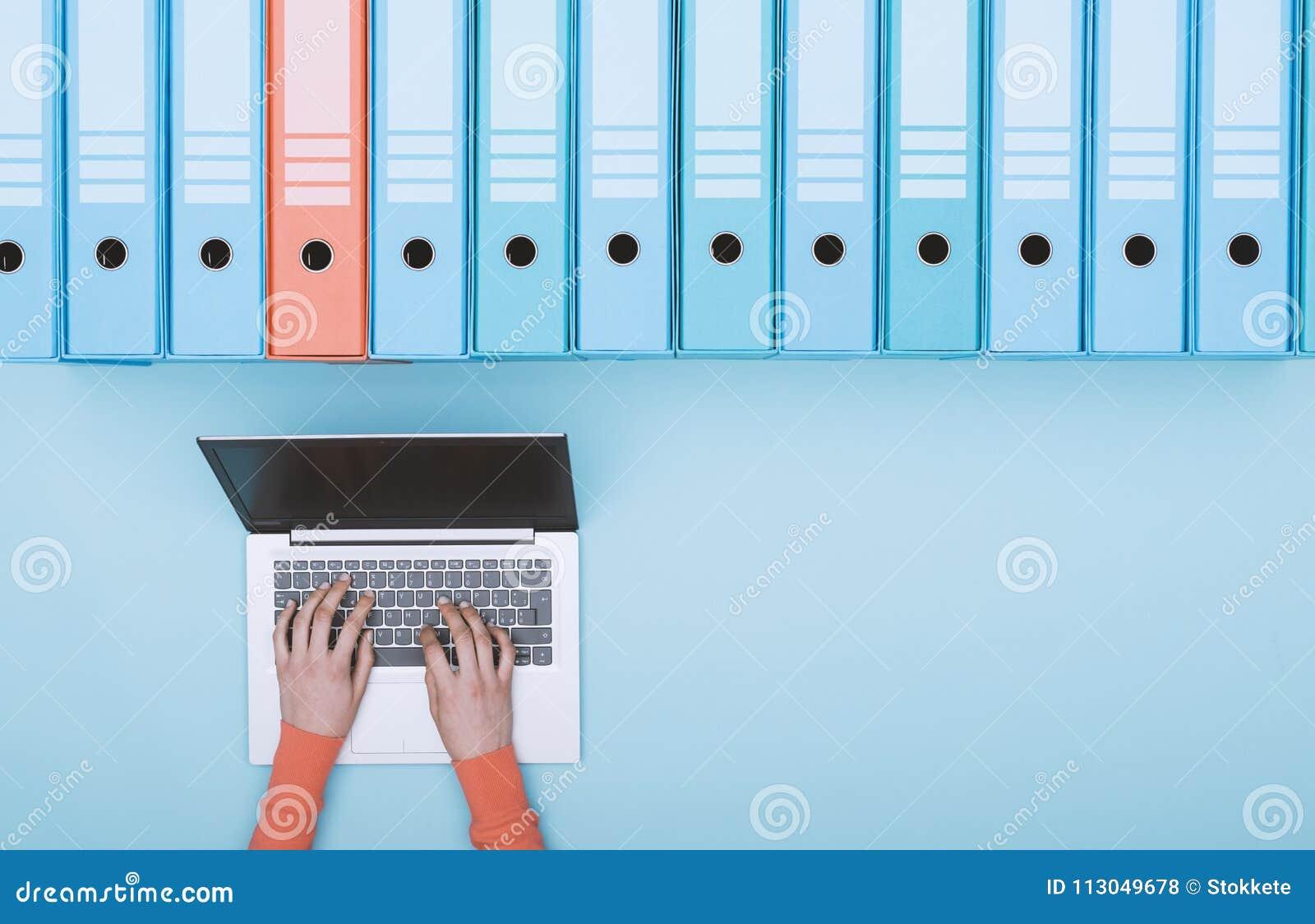 Het zoeken van dossiers in het archief die laptop met behulp van
