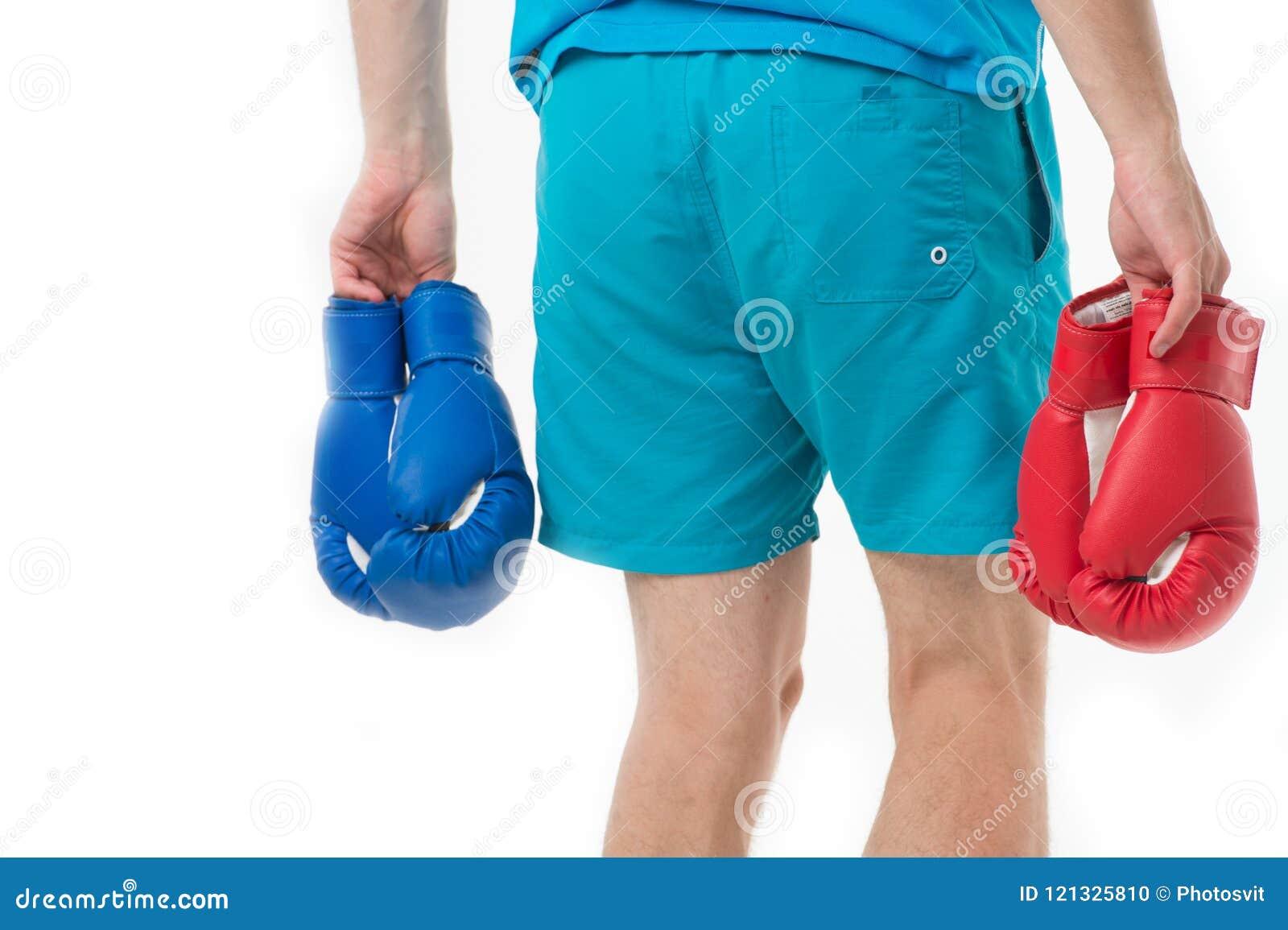 Het zoeken van tegenstander De mens in borrels draagt twee paren bokshandschoenen grootbrengt mening geïsoleerde witte achtergron