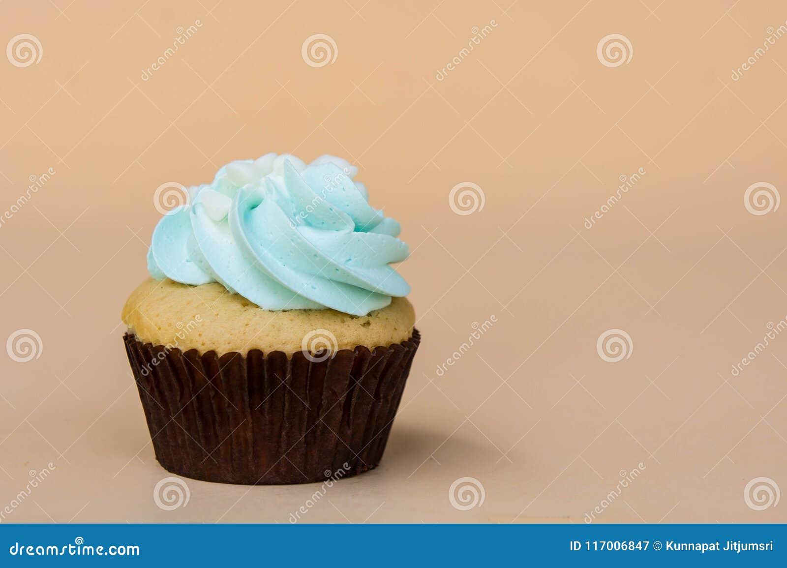 Het zoete dessert van de kopcake op gele ruimte als achtergrond en exemplaar