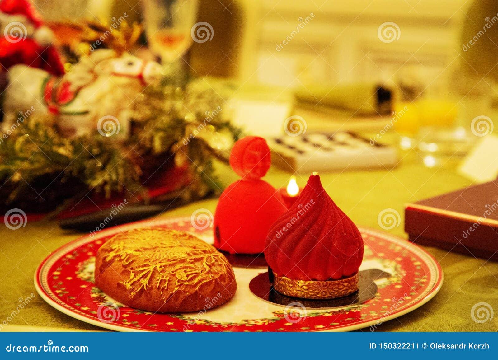 Het zoete mooie dessert cupcake legt op porseleinplaat