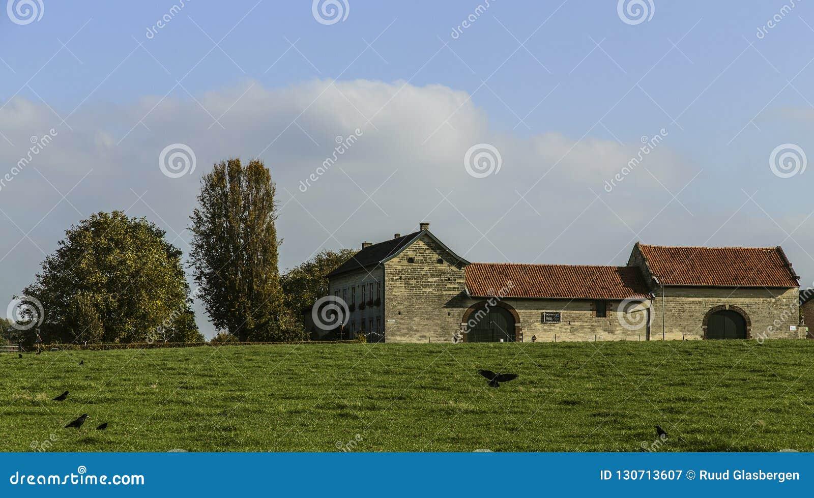 In het zuiden van de provincie van Limburg in Nederland zijn er nog vele oude historische landbouwbedrijven die het landschap bin