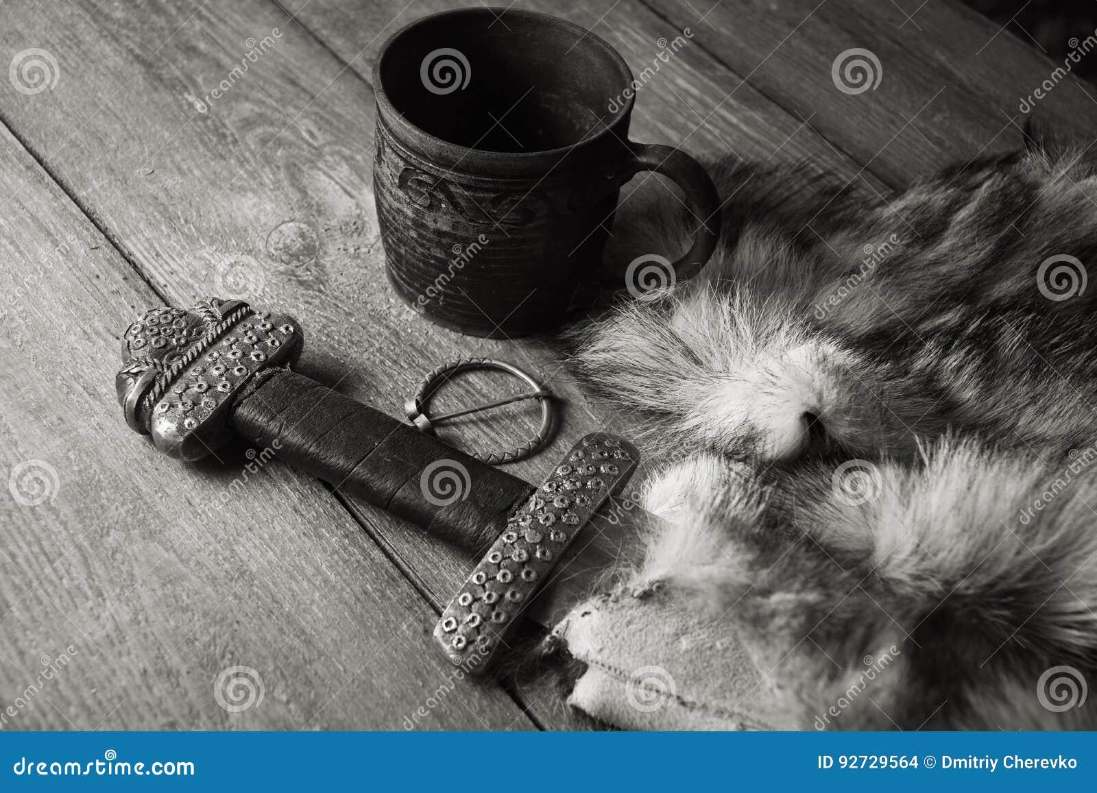 Het zwaard en de stenen bierkroes van Viking op een bont