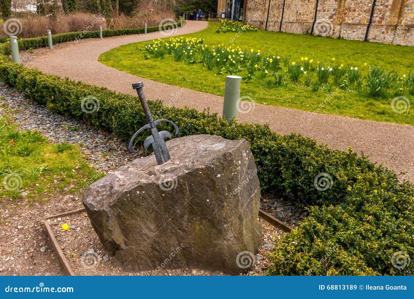 Het zwaard in steen wordt geplakt die