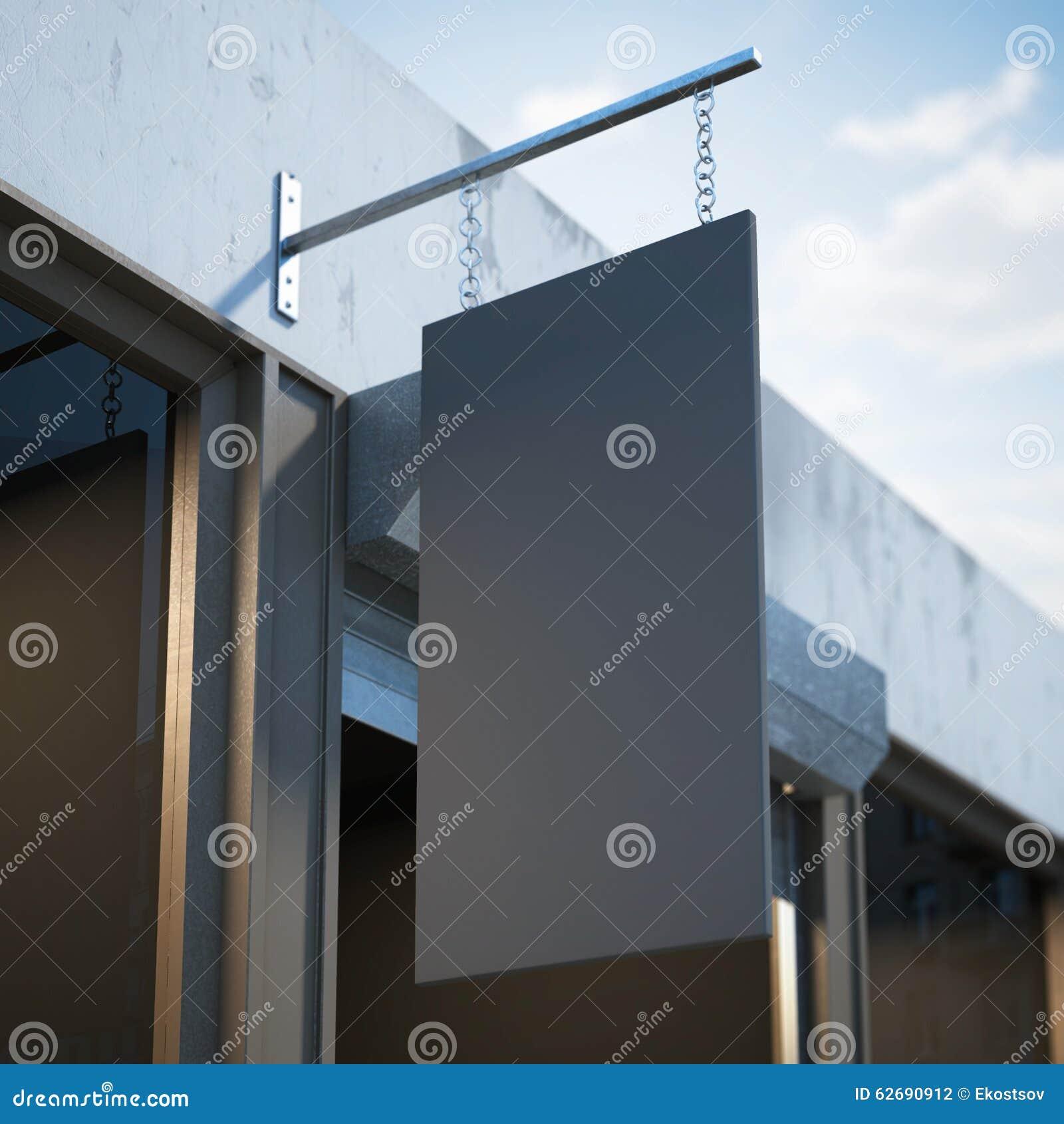 Het zwarte lege uithangbord hangen dichtbij winkeldeur