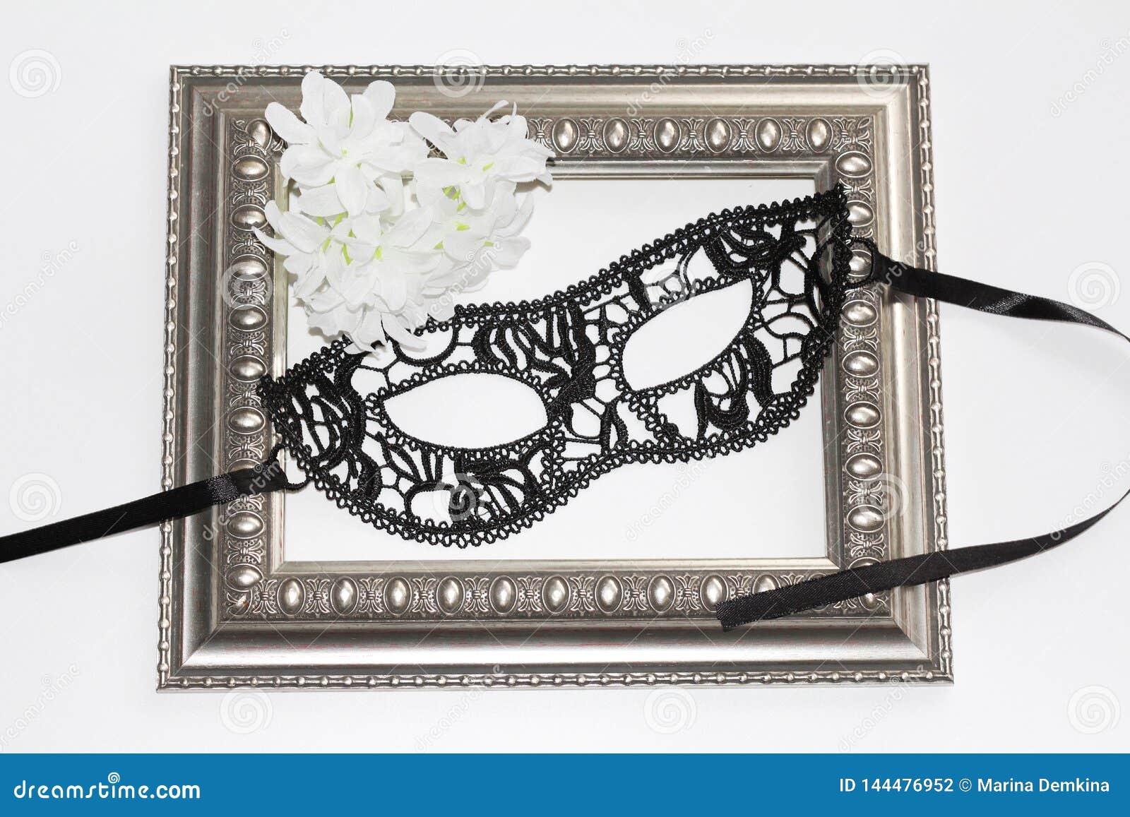 Het zwarte masker van het kantoog, uitstekend kader en witte bloemen