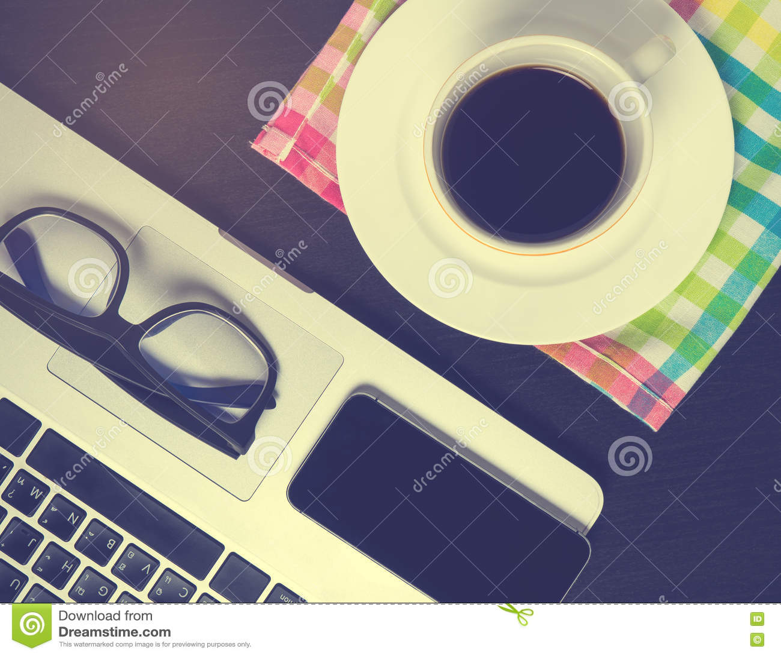 Het zwarte Slimme telefoonscherm op het bureau van de bureaukoffie