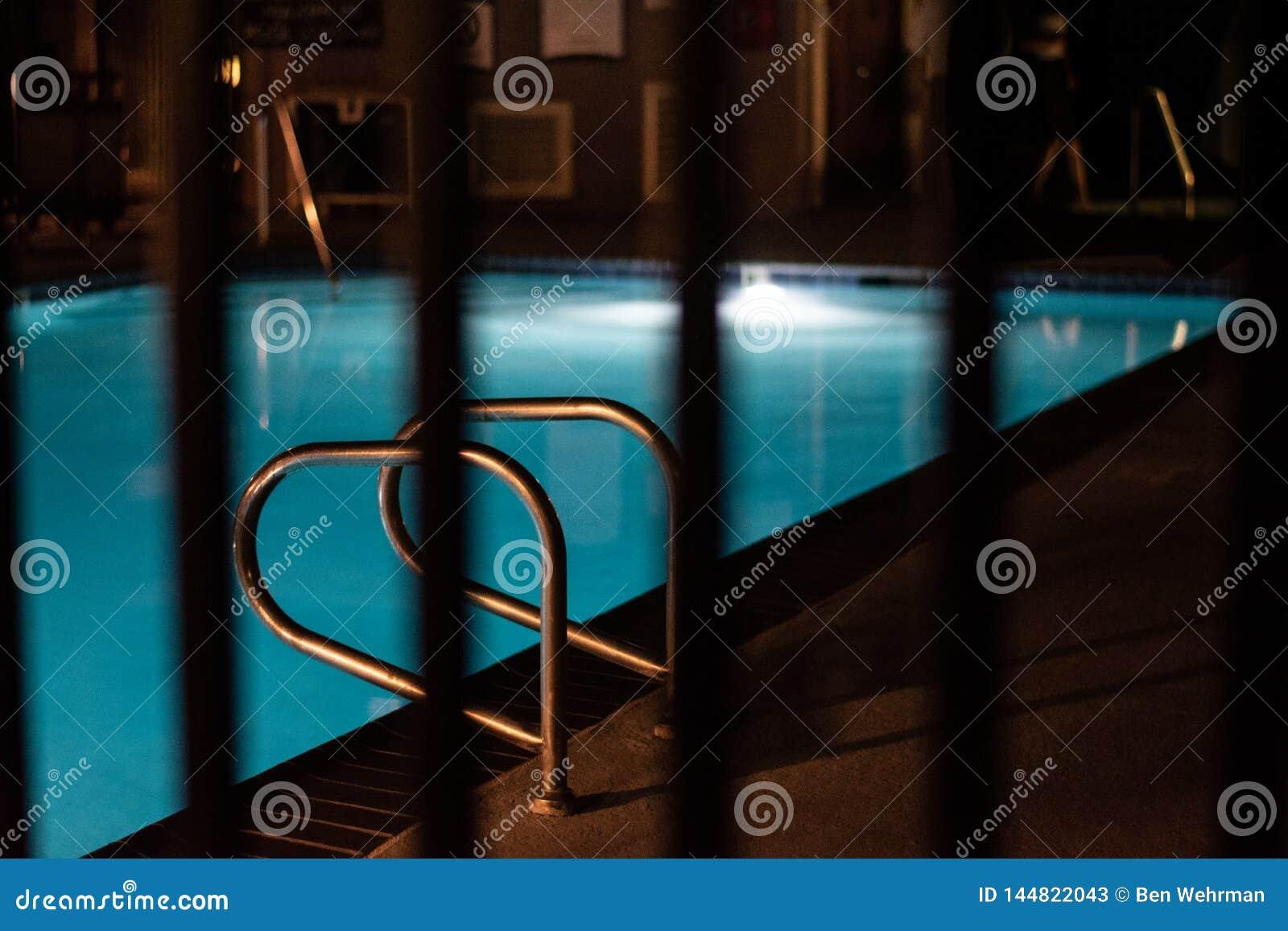 Het zwembad van het hotel bij nacht