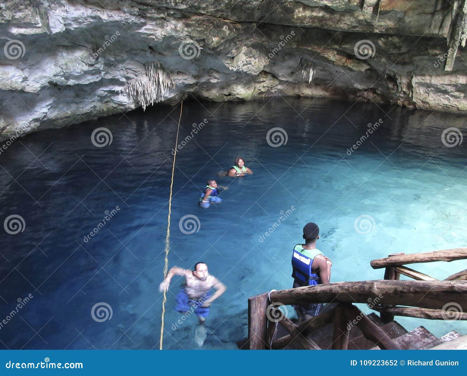 Het zwemmen in Cenote