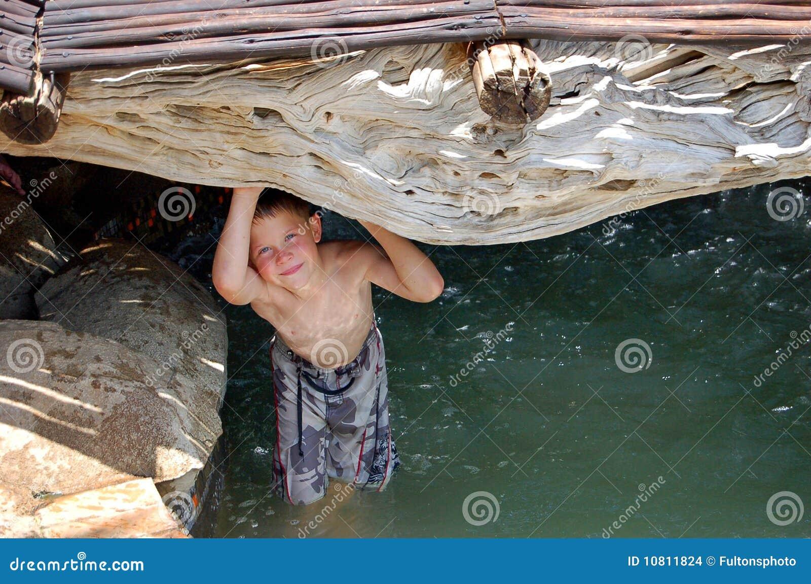 Het zwemmen in een rotspool