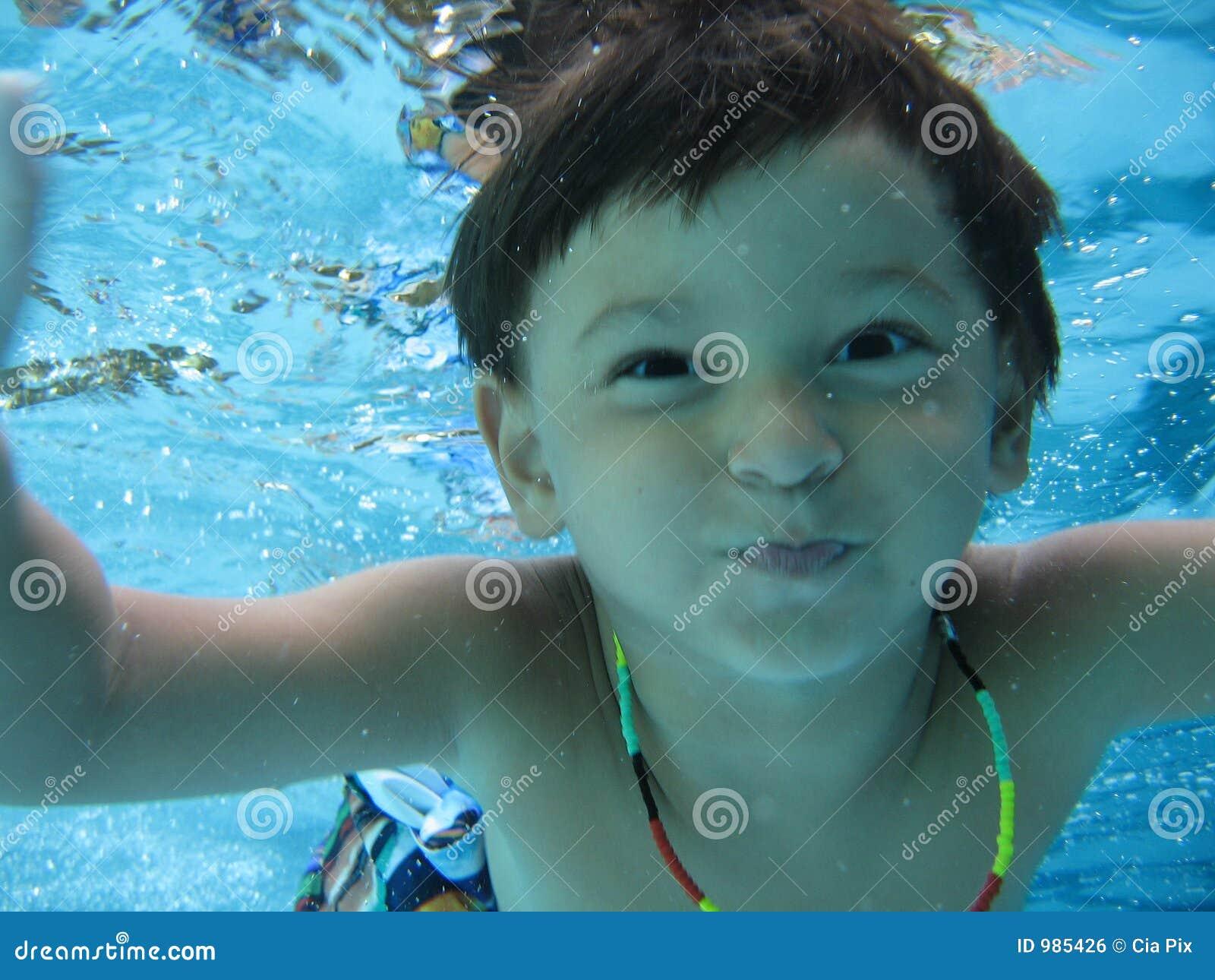 Het zwemmen van de jongen
