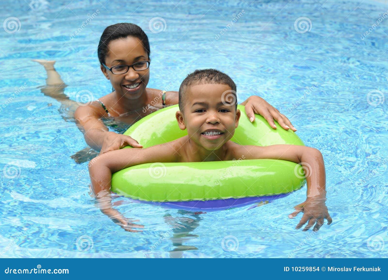 Het Zwemmen van de moeder en van het Kind