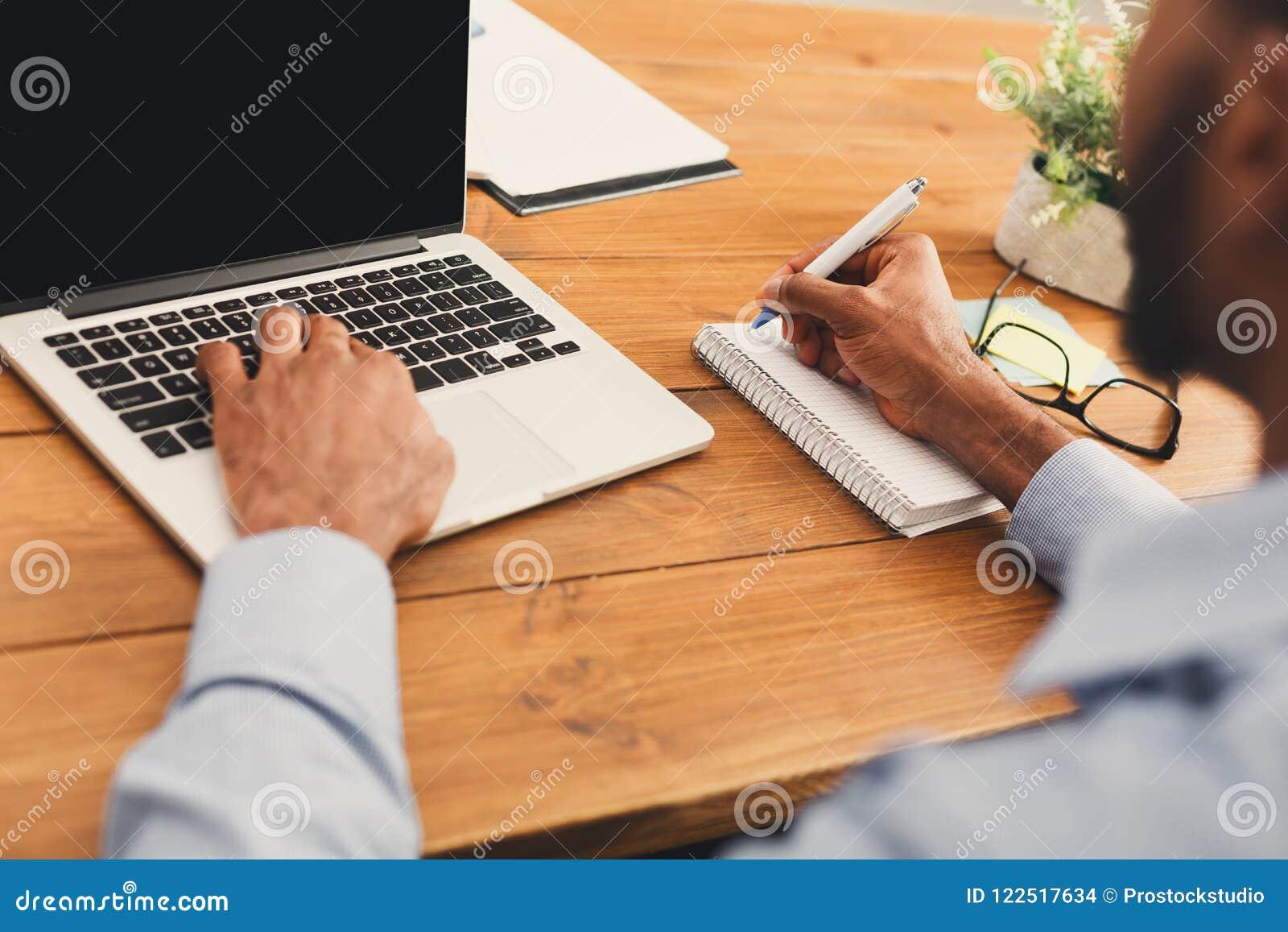 HetAmerikaanse zakenman typen op laptop